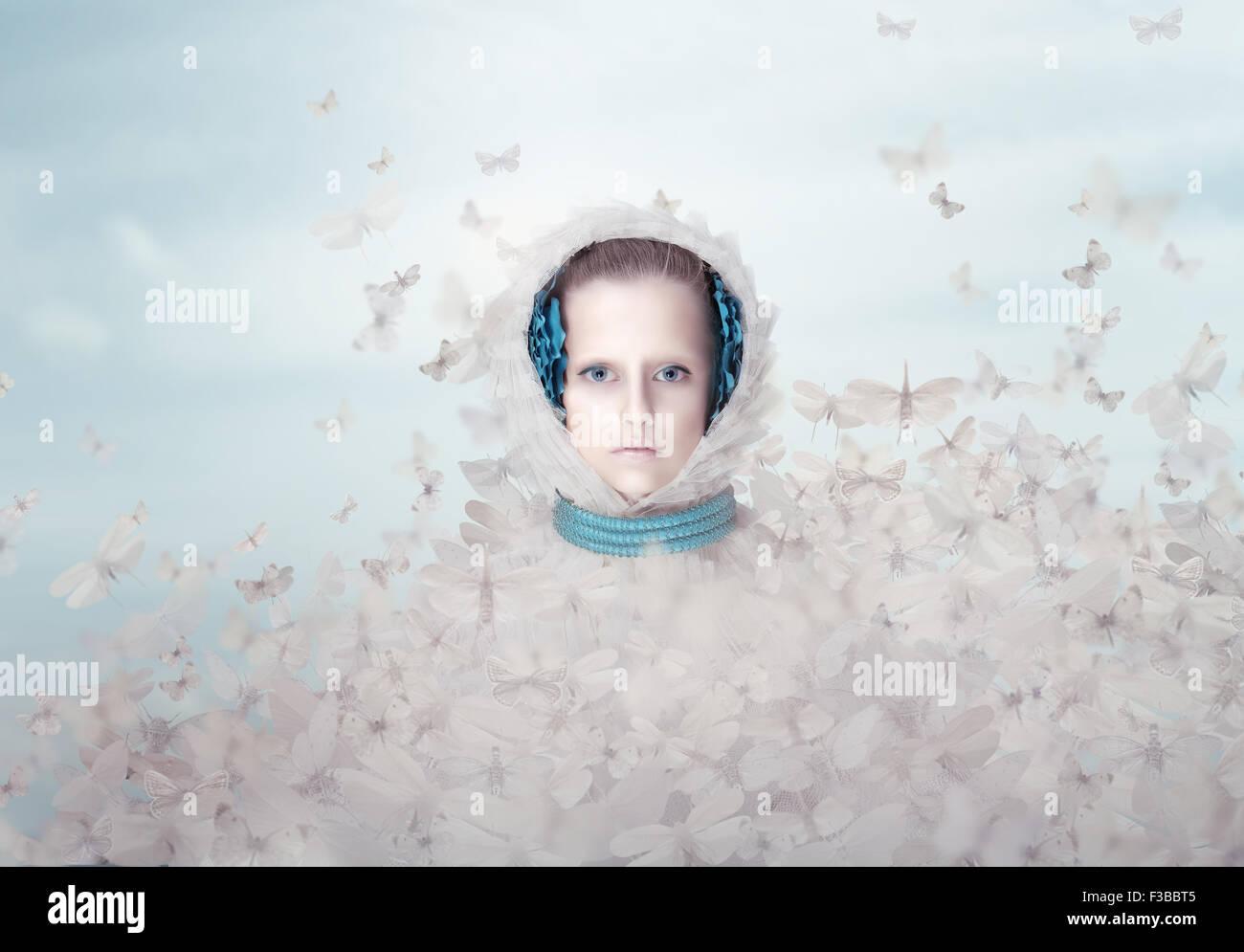 La fantasía. Mujer futurista con mariposas volando Imagen De Stock
