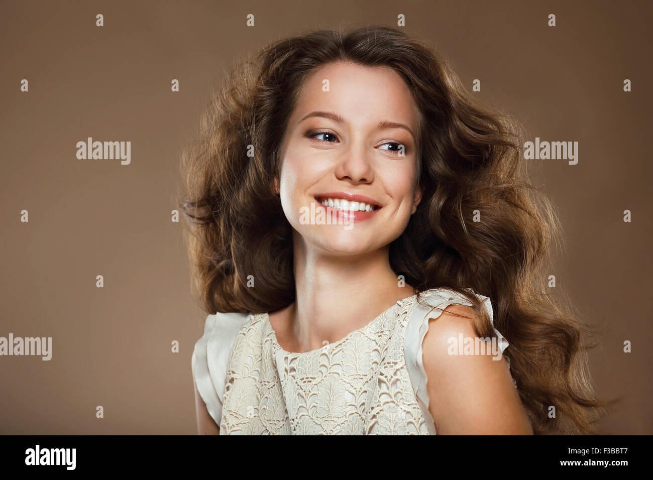 Gran Sonrisa. Retrato de Feliz Morena preciosa Imagen De Stock