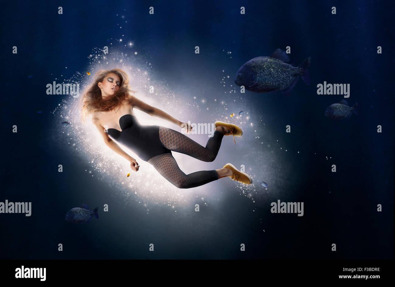 La creatividad. La fantasía. La mujer es el buceo en agua Imagen De Stock