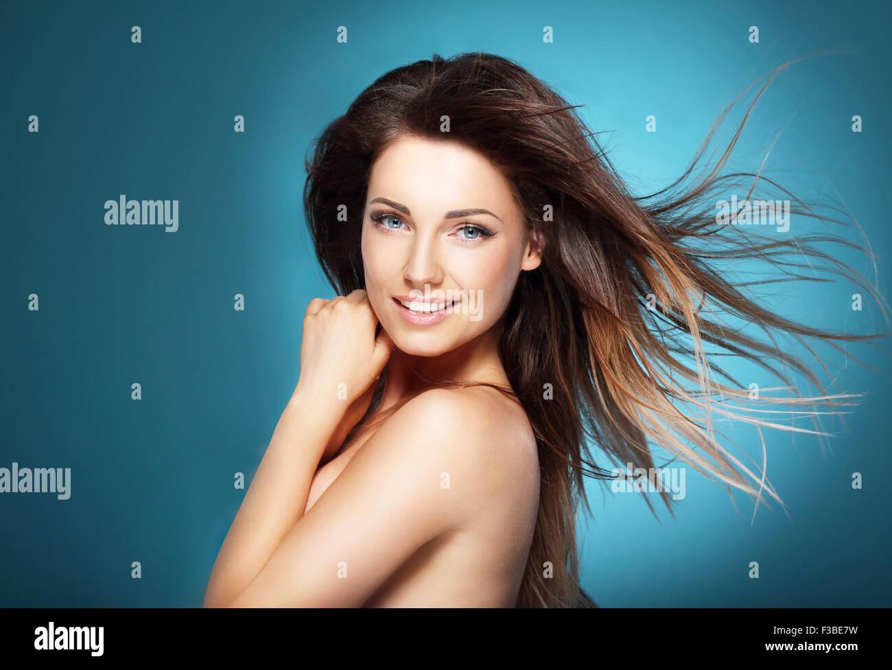 Mujer sobre fondo azul. Imagen De Stock