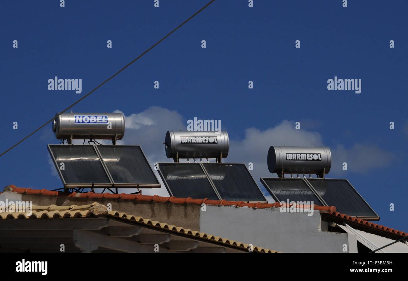 Los calentadores de agua solares en un tejado en la pequeña aldea de Giolova griego en el Peloponeso. Imagen De Stock