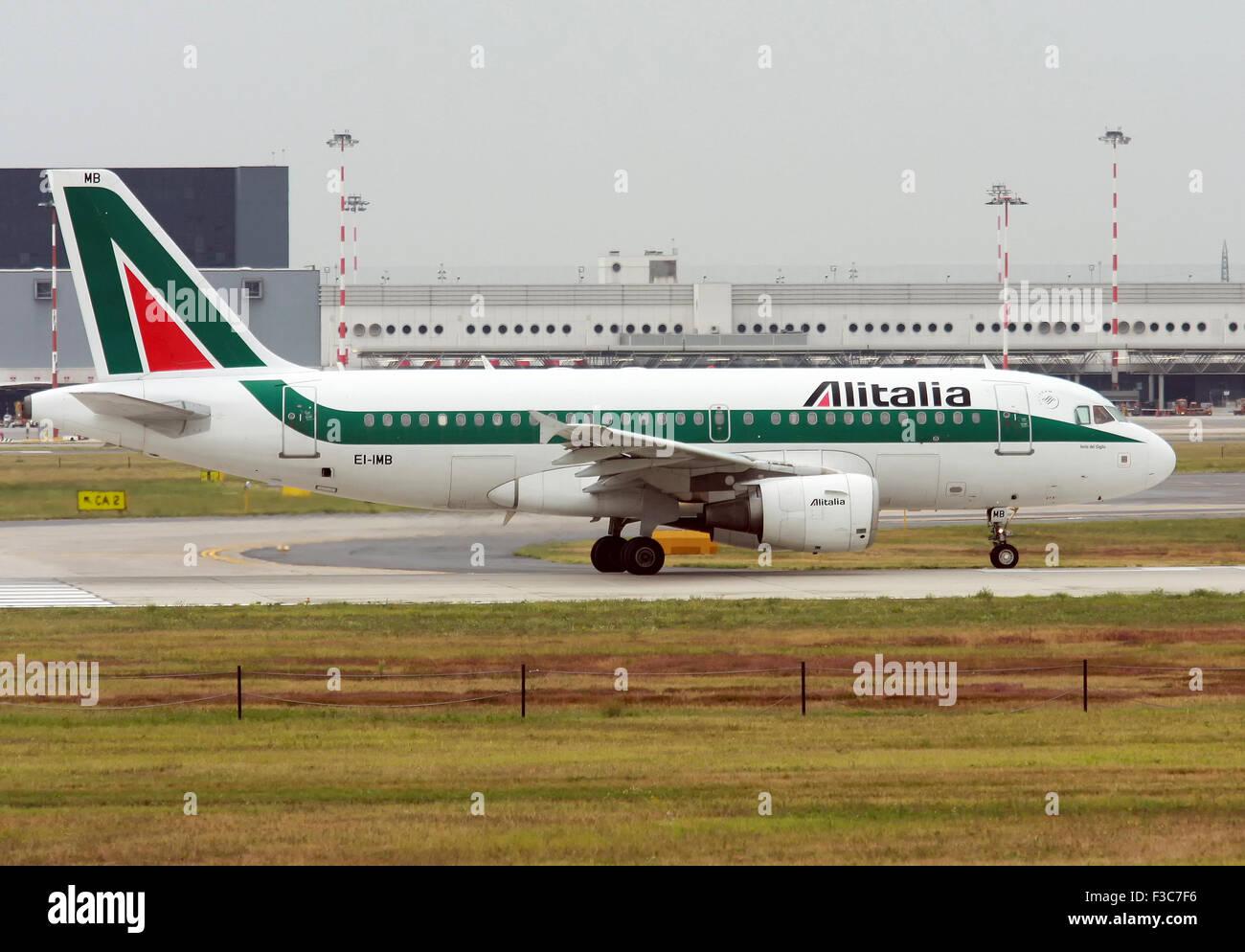 Airbus A319-112 de Alitalia. Fotografiado en el aeropuerto de Linate, Milán, Italia Foto de stock