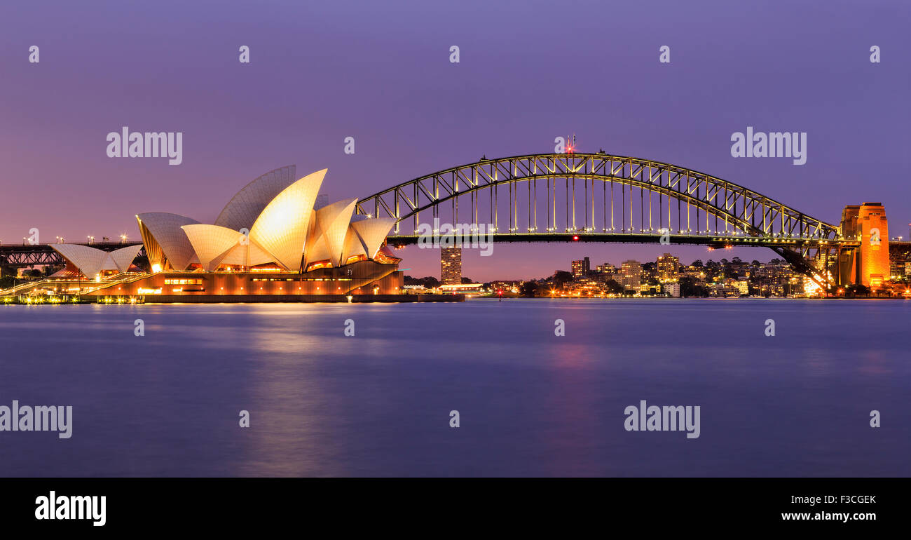 SYDNEY, Australia, el 10 de julio de 2015 - Sydney Opera House y el puente Harbour de Sydney al atardecer. Icónico Imagen De Stock