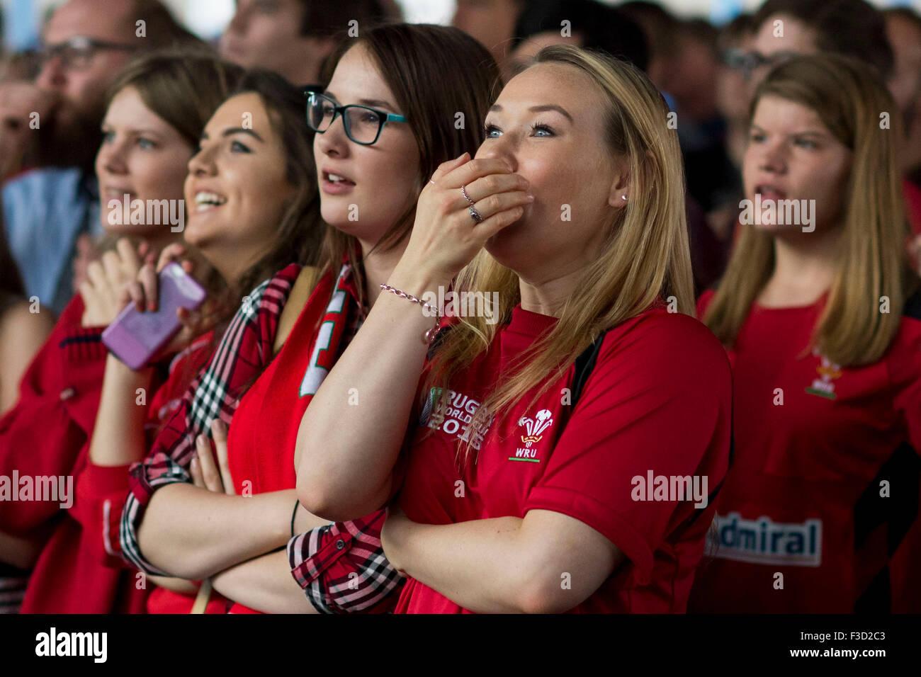 Gales rugby fans ver a su equipo en una tensa la Rugby World Cup 2015 partido contra Fiji. Imagen De Stock