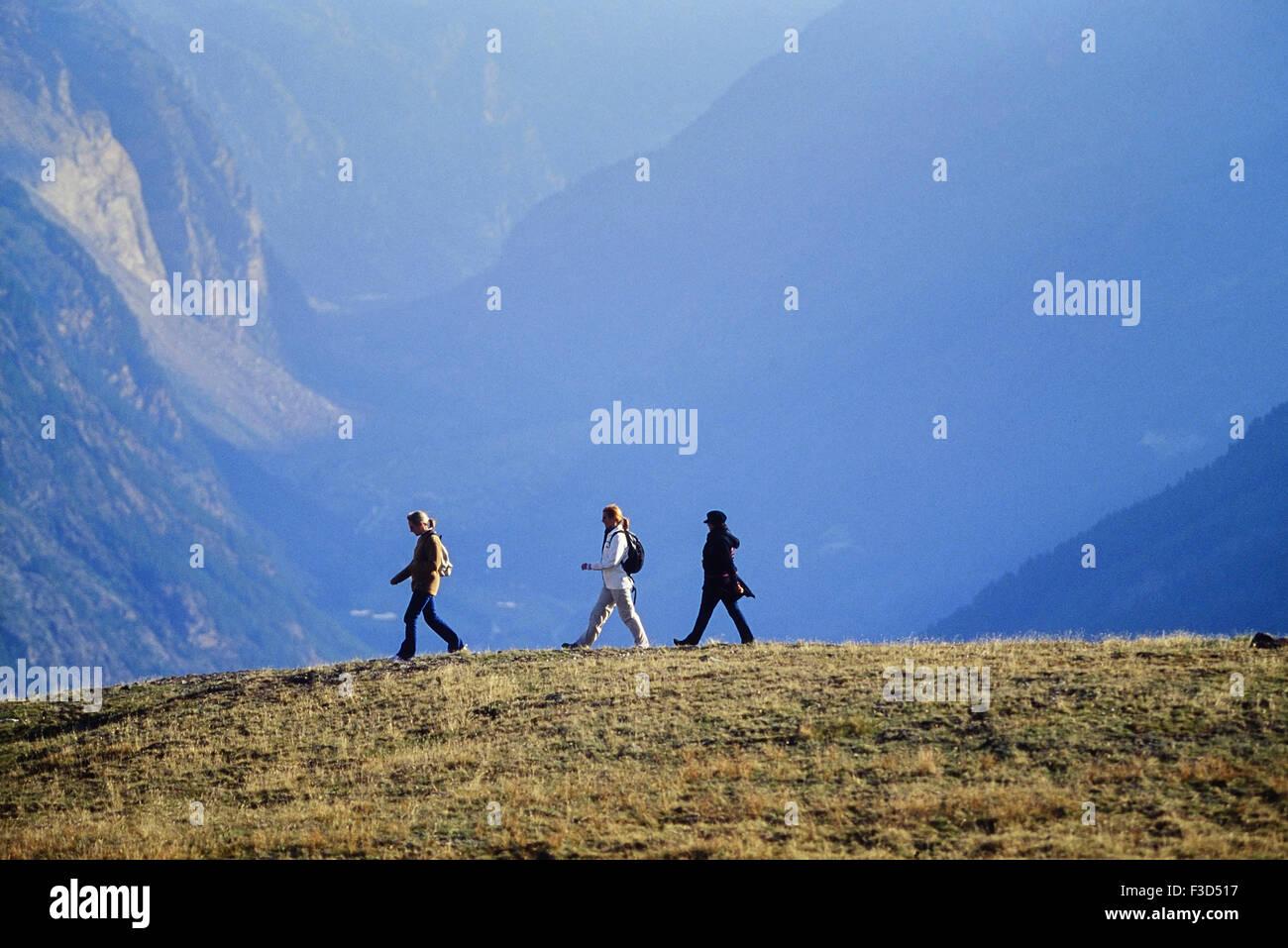 Tres mujeres senderismo por encima de la estación alpina de Zermatt. Suiza. Europa Imagen De Stock