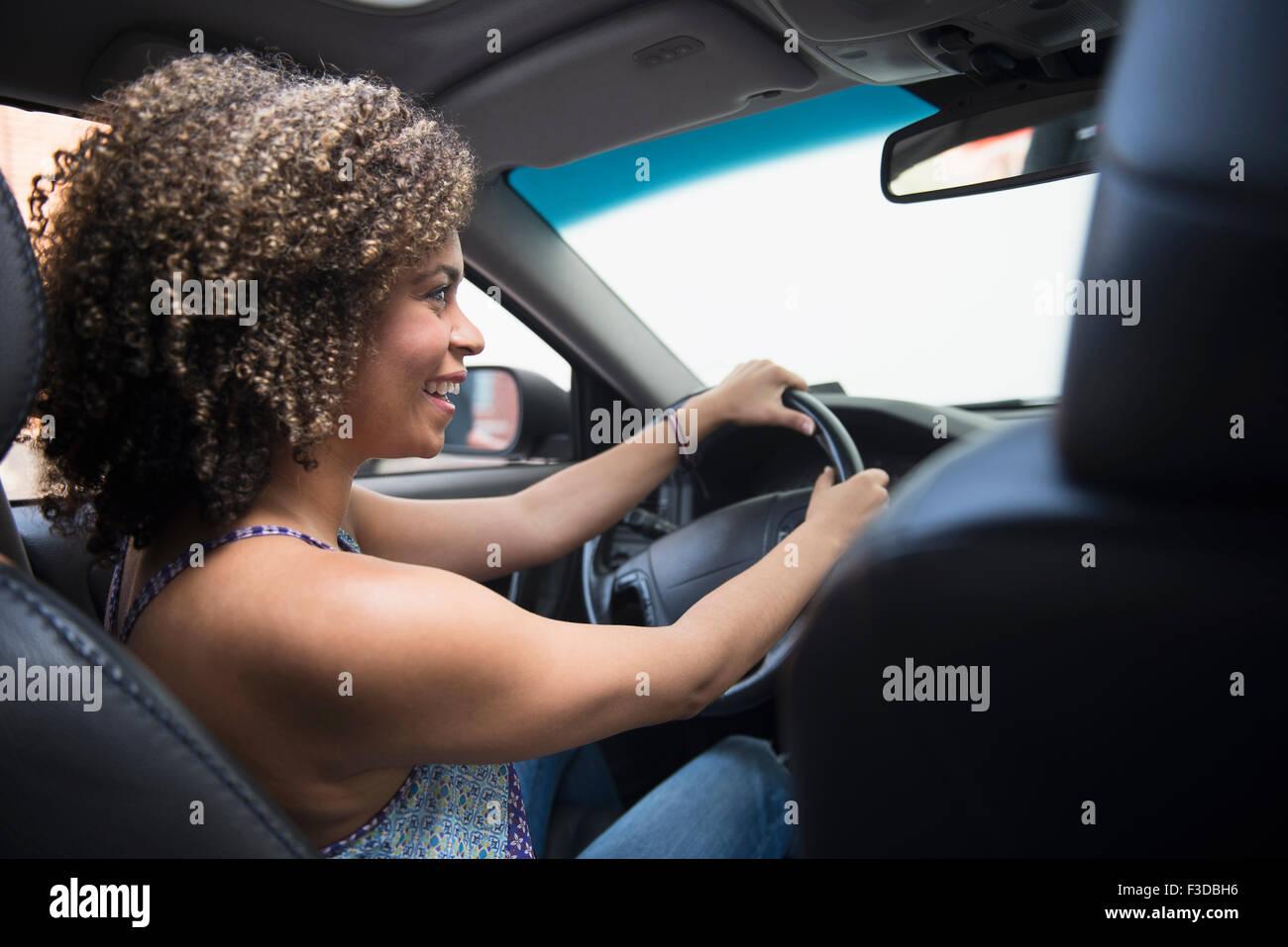 Mujer joven en coche Imagen De Stock
