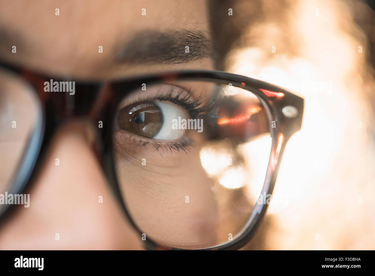 Cerca del joven de anteojos nerdy Imagen De Stock