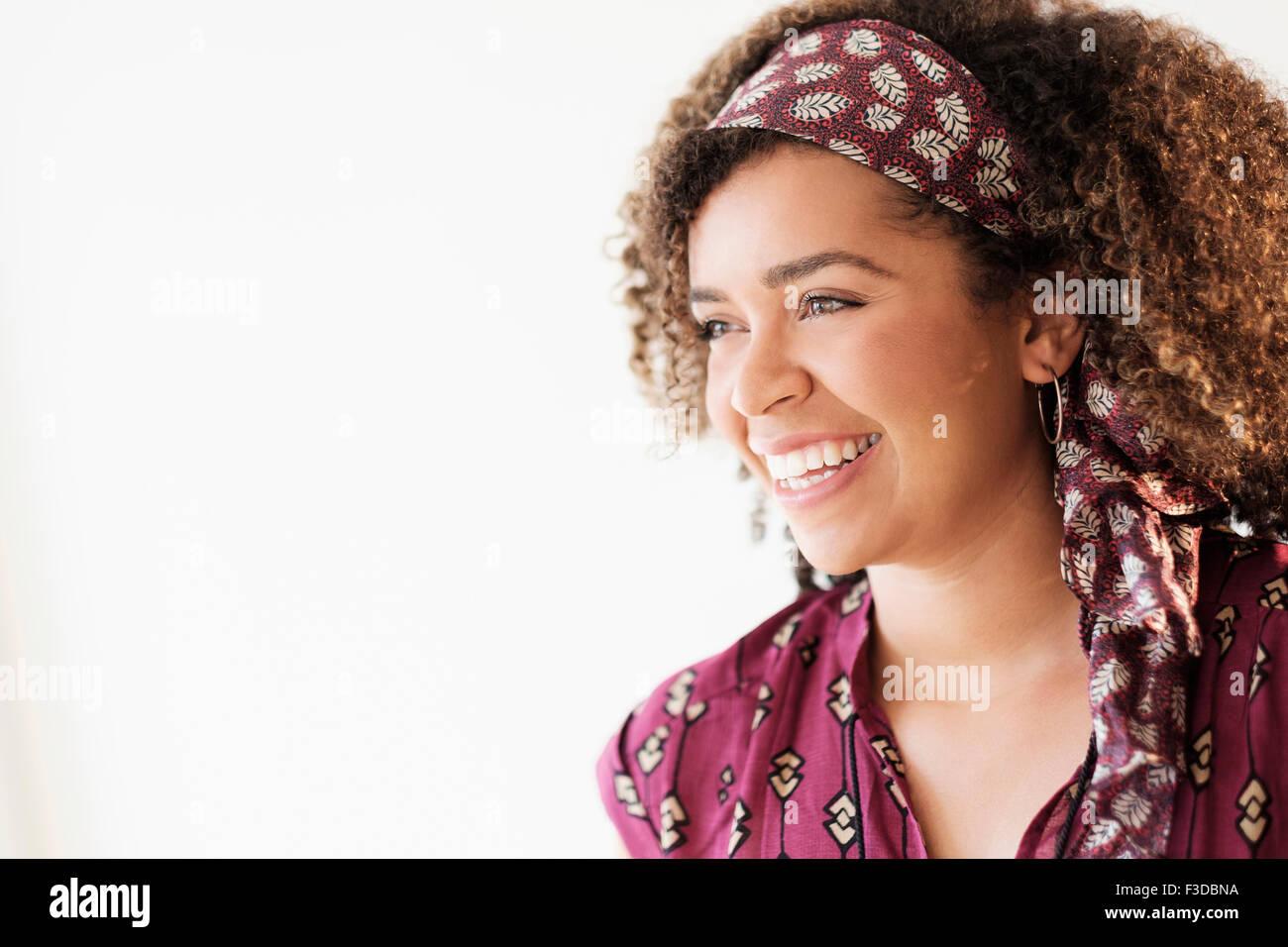 Retrato de mujer sonriente con el pelo rizado Imagen De Stock