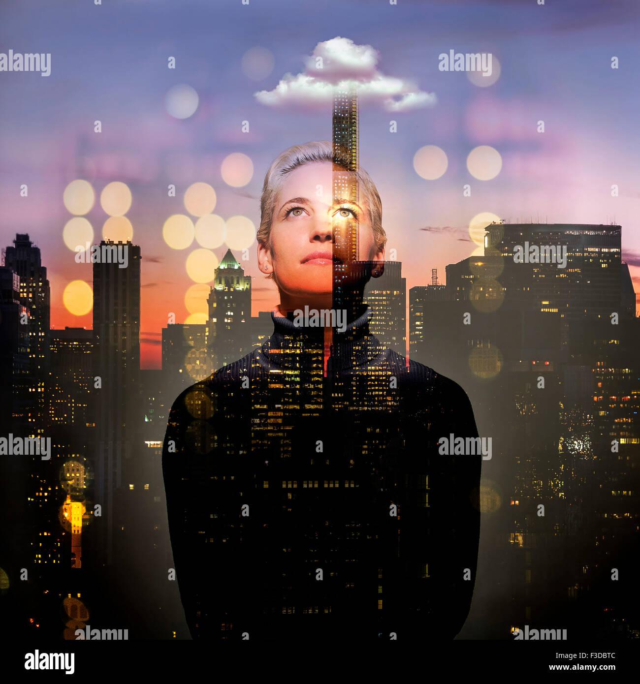 Mujer joven mirando hacia arriba en la noche Imagen De Stock