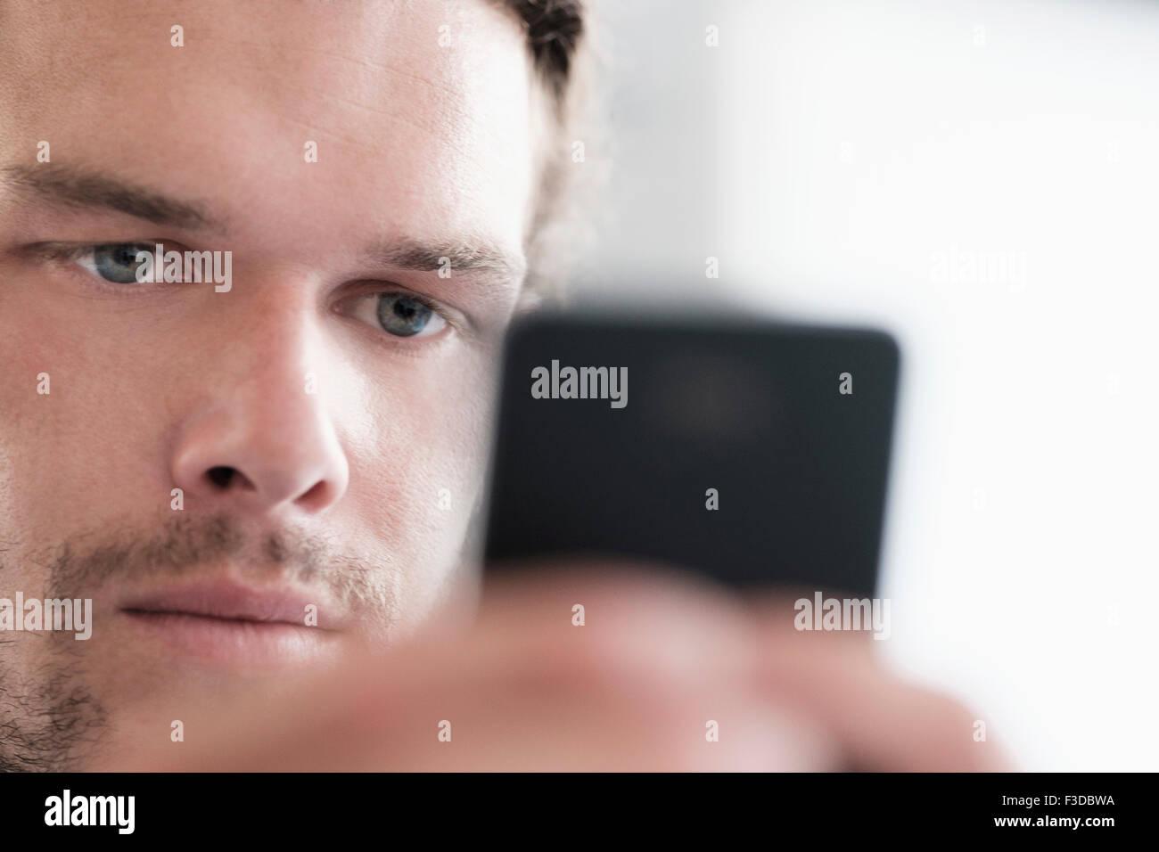 Cerca de la mitad-hombre adulto texting Imagen De Stock