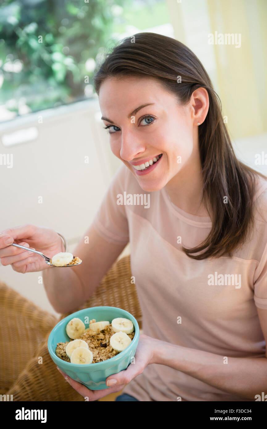La mujer en el hogar de comer un desayuno saludable Imagen De Stock