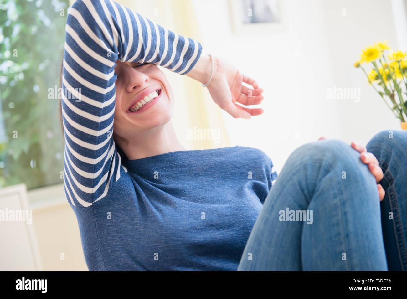 Mujer el blindaje de sus ojos y riendo Imagen De Stock