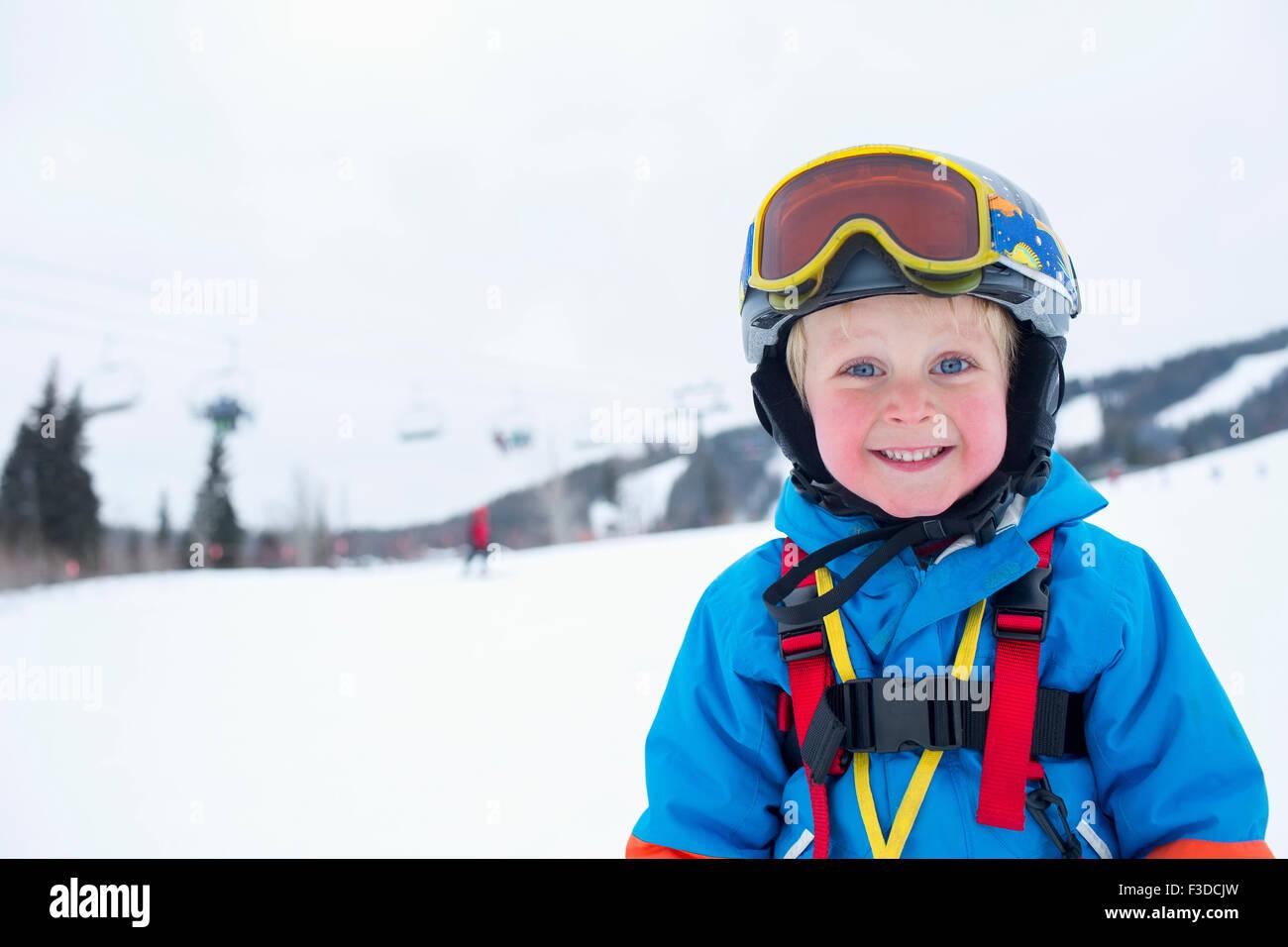 Smiley little boy (5) vistiendo traje de esquí en las montañas Imagen De Stock