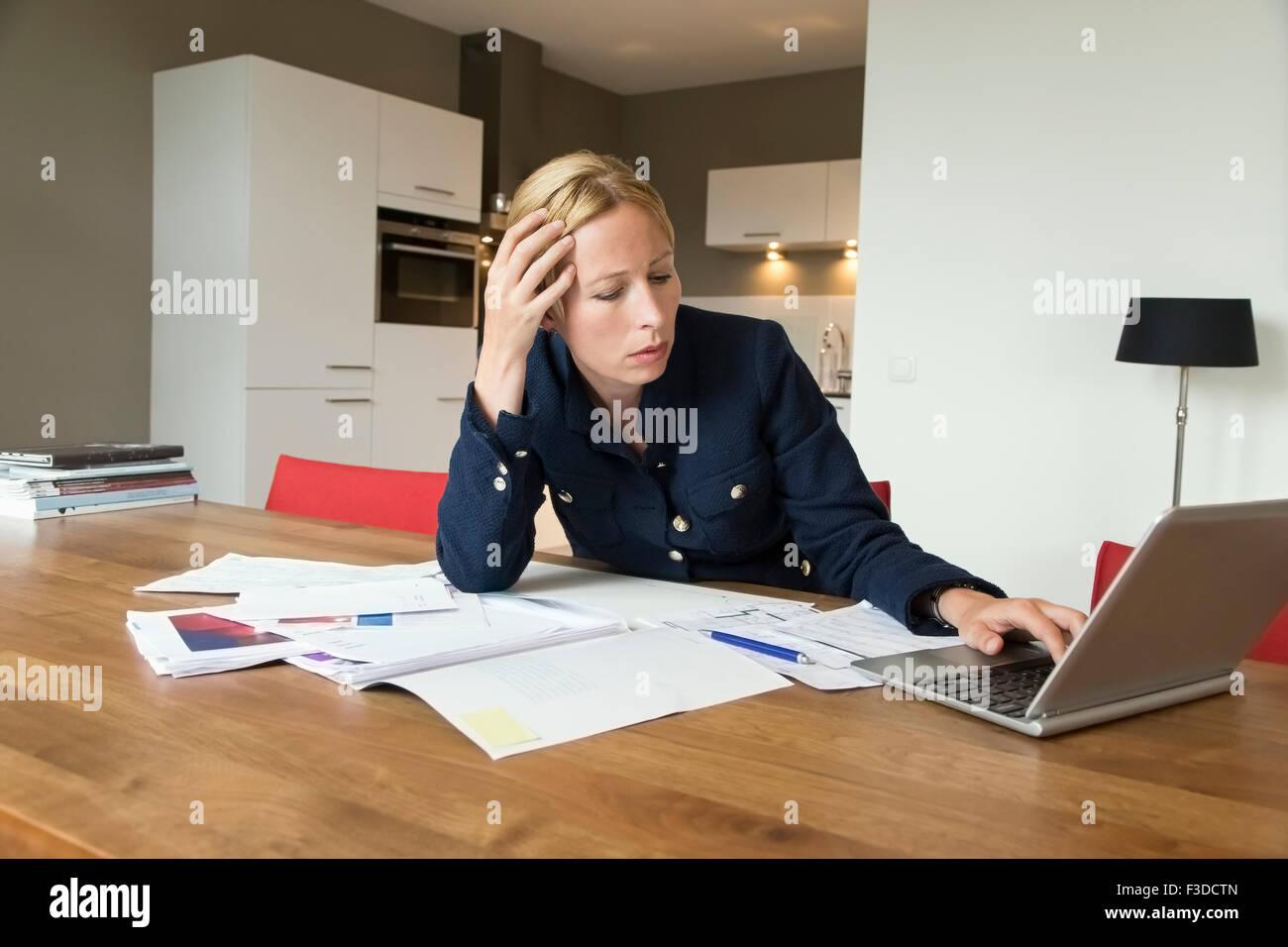 Mujer trabajando en un escritorio Imagen De Stock