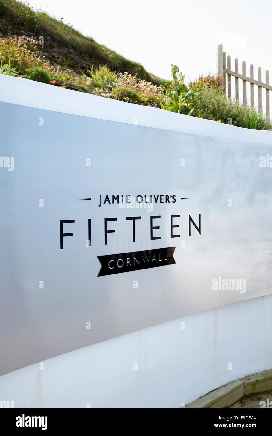 Cartel a la entrada de Jamie Oliver's Fifteen restaurante en Watergate Bay, Cornwall. Imagen De Stock