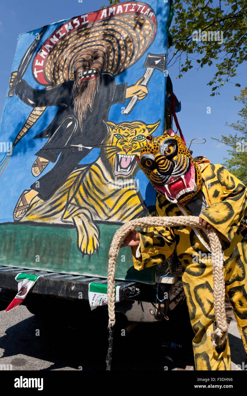 Danza de los Tecuanes ejecutante en traje de tigre durante 2015 National Latino Festival - Washington, DC, EE.UU. Imagen De Stock