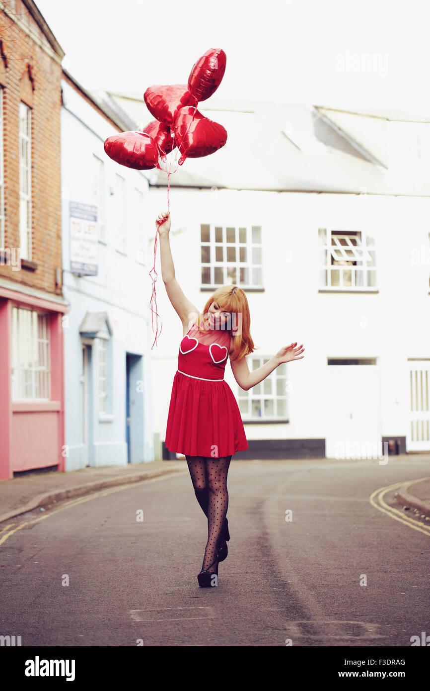 Joven Mujer de temática romántica de la superficie urbana. Imagen De Stock