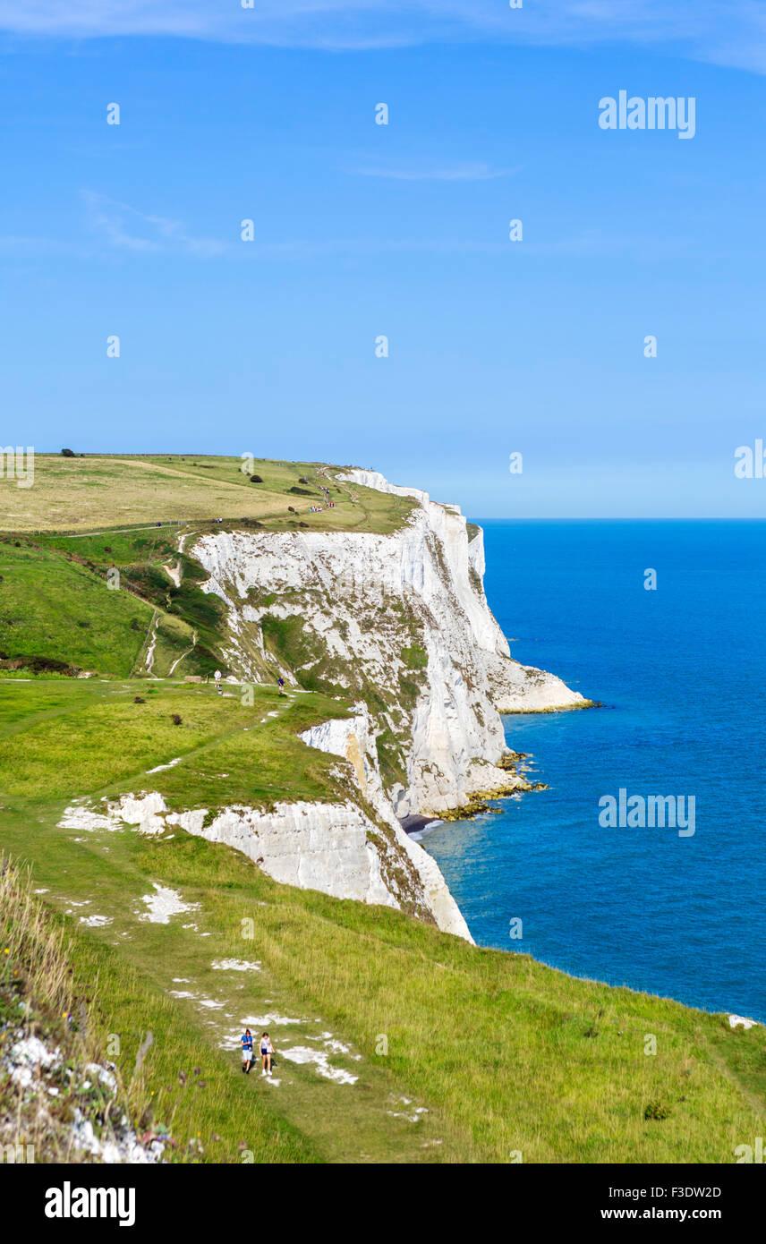 Vista desde el acantilado path en los acantilados blancos de Dover, Kent, Inglaterra, Reino Unido. Imagen De Stock
