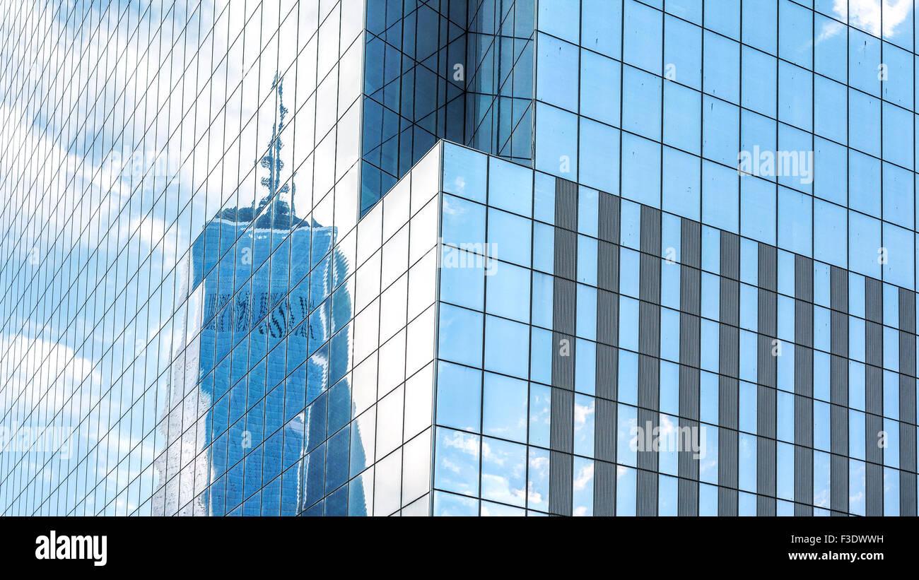 Reflejo en el moderno edificio de oficinas windows, fondo abstracto, NUEVA YORK, EE.UU.. Foto de stock