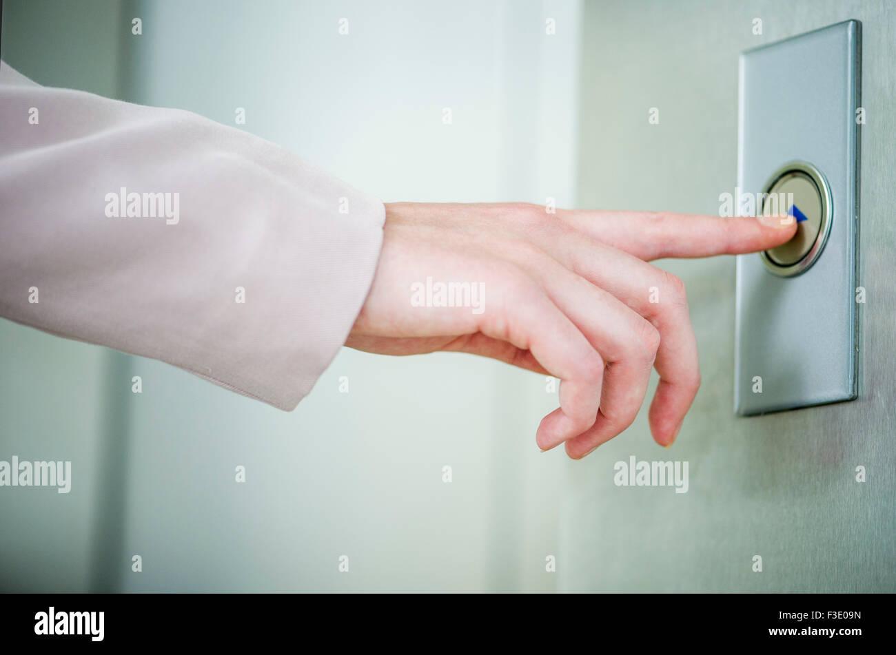 Pulsando el botón de llamada del elevador Imagen De Stock