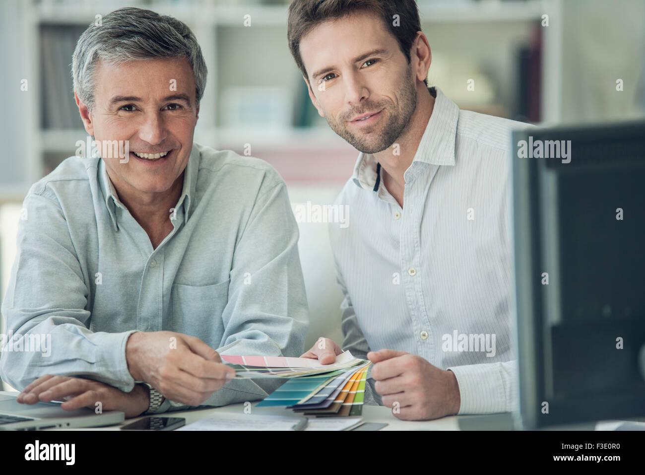 Los empresarios discutiendo las muestras de color, Retrato Imagen De Stock