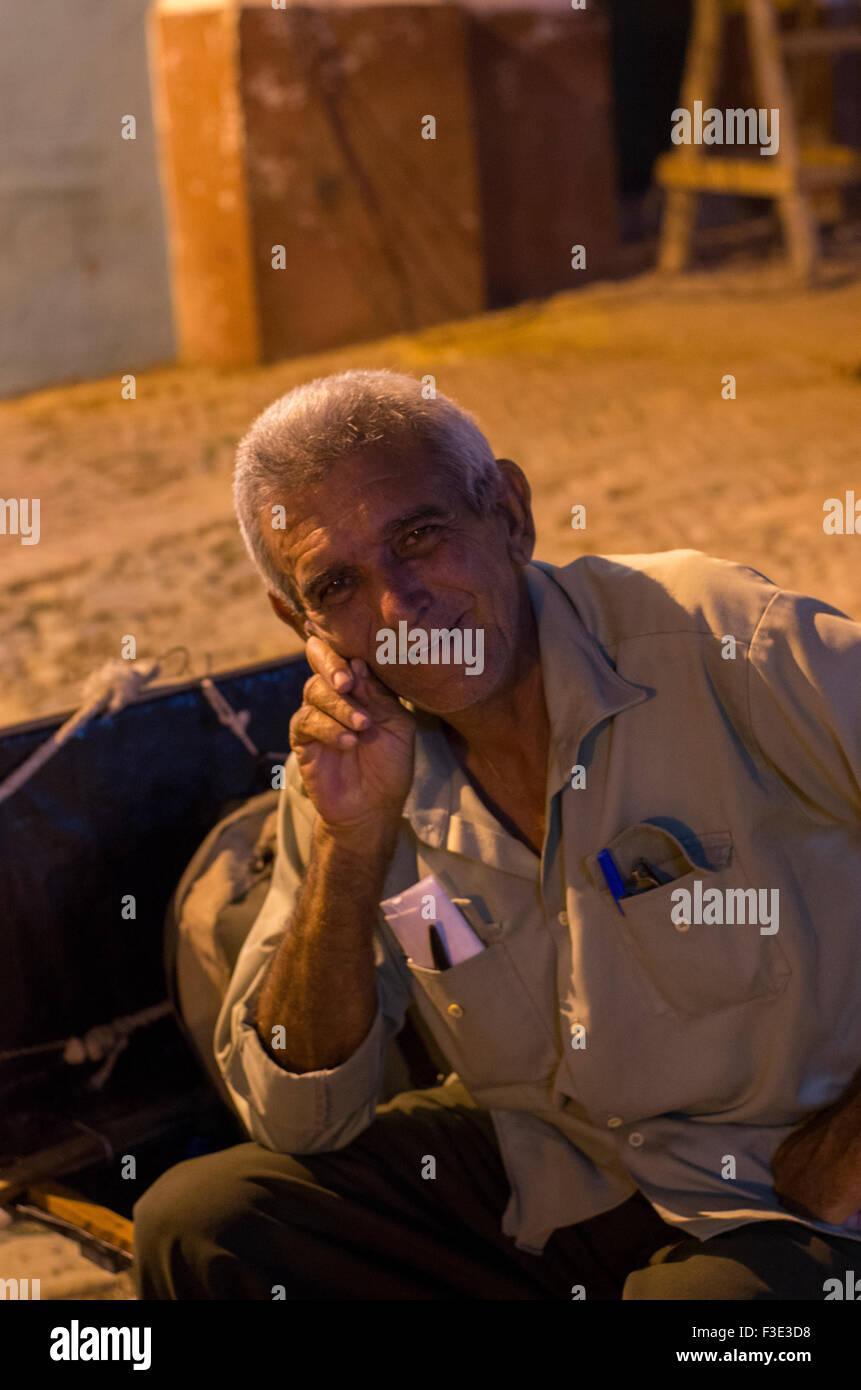 Retrato de un hombre bien vestido local está sonriendo en la calle en Trinidad, una ciudad en el centro de Cuba. Foto de stock