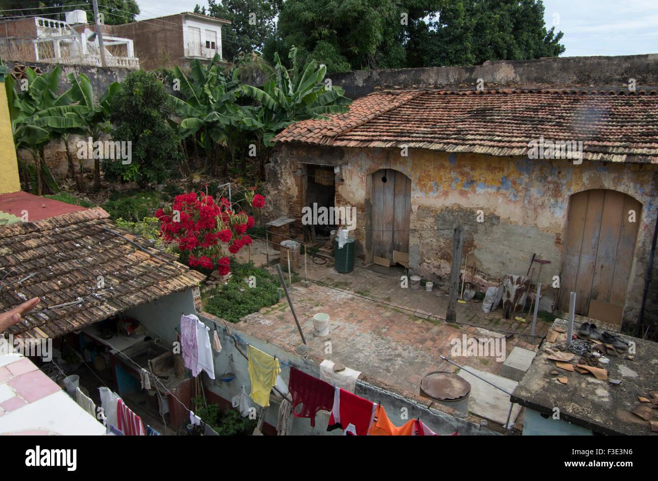 Jardín con ropa colgando en Trinidad, una ciudad en el centro de Cuba, ubicado en la provincia de Sancti Spiritus Foto de stock