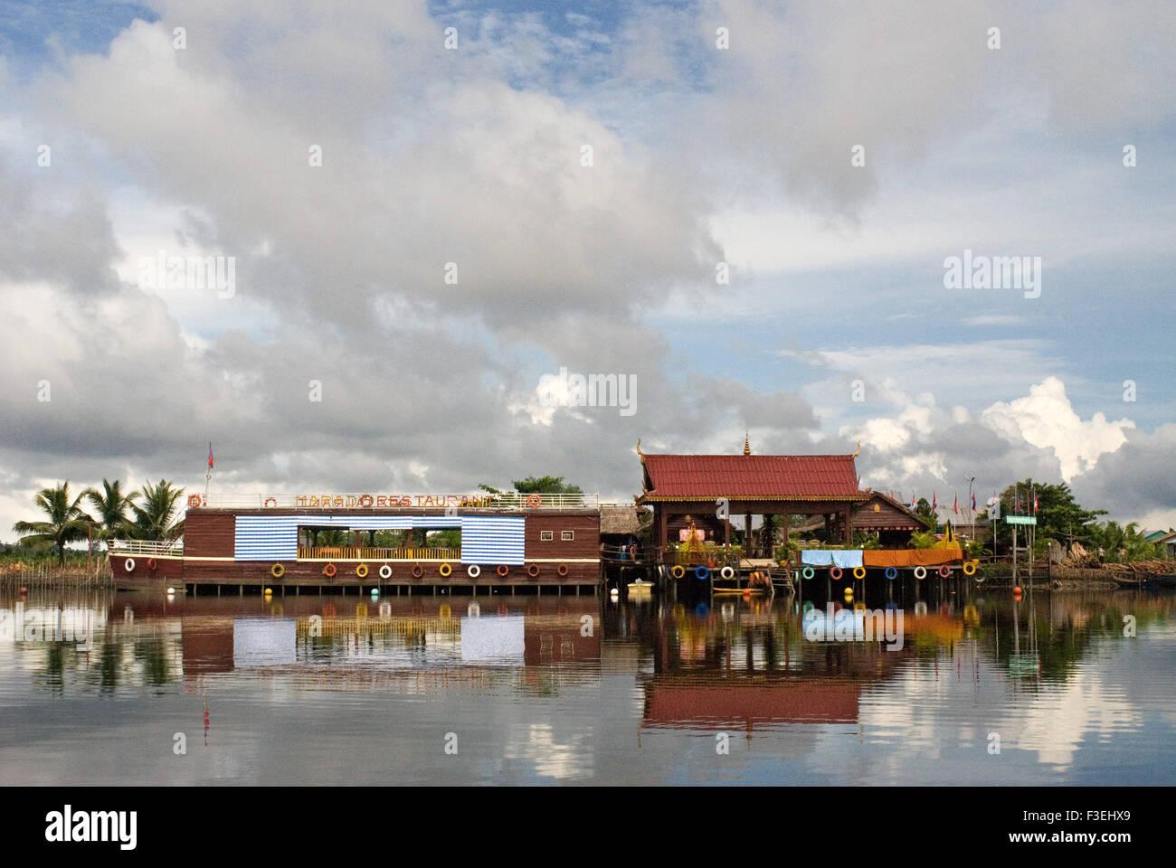 Barco restaurante flotante en el Parque Nacional de Ream. El Parque Nacional de Ream está a 18 km del centro de la ciudad de Sihanoukville, hacia el PHN Foto de stock
