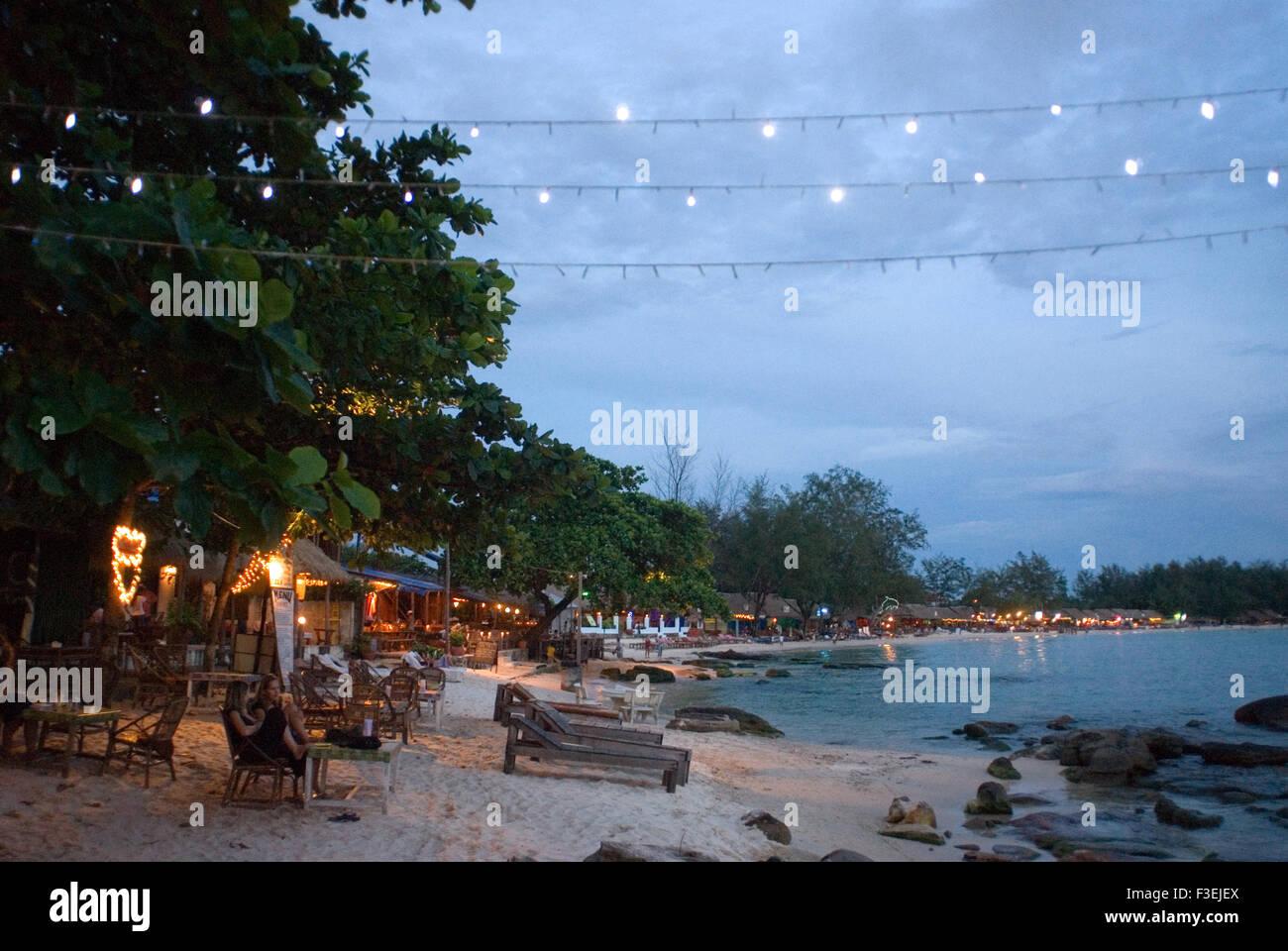 Playa de Sihanoukville. Al anochecer se convierte en el lugar de encuentro para saborear una buena cerveza. Sihanoukville (Krong Preah Seihanu), anteriormente Kompo Foto de stock