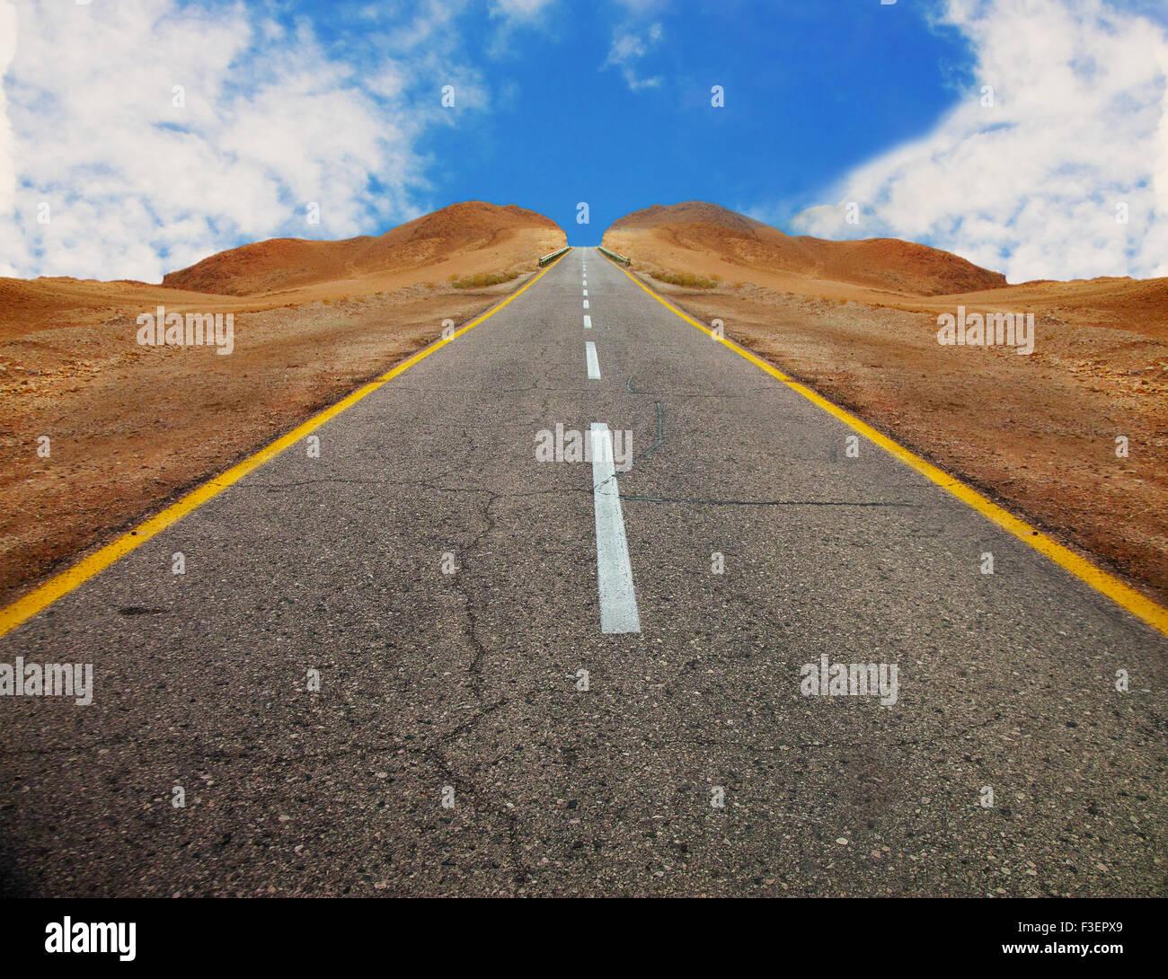 Un fragmento de la vieja carretera de asfalto entre colinas desérticas con laderas simétricas antes del Imagen De Stock