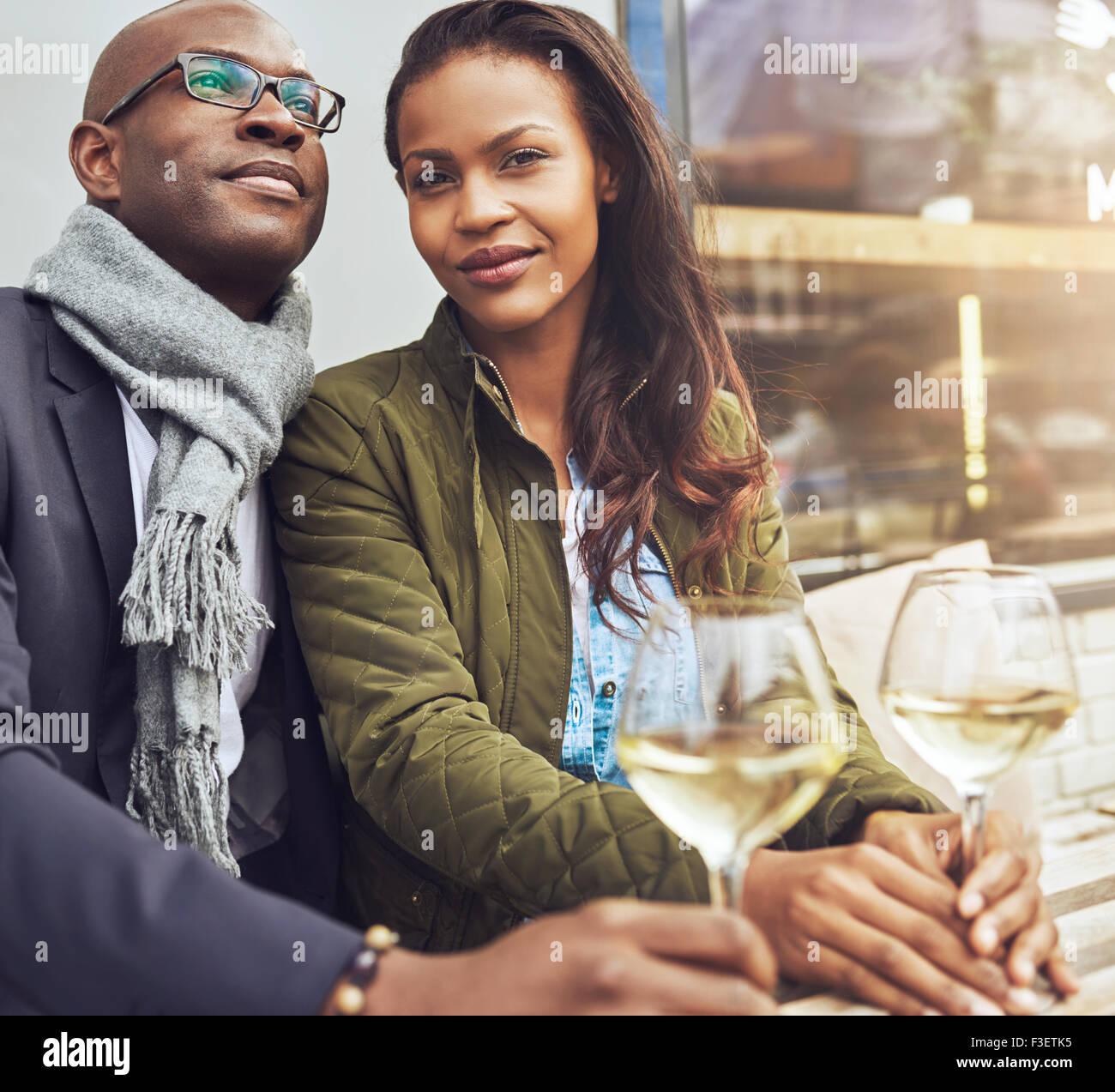 Afro americana par dating, mujer mirando directamente a la cámara Imagen De Stock