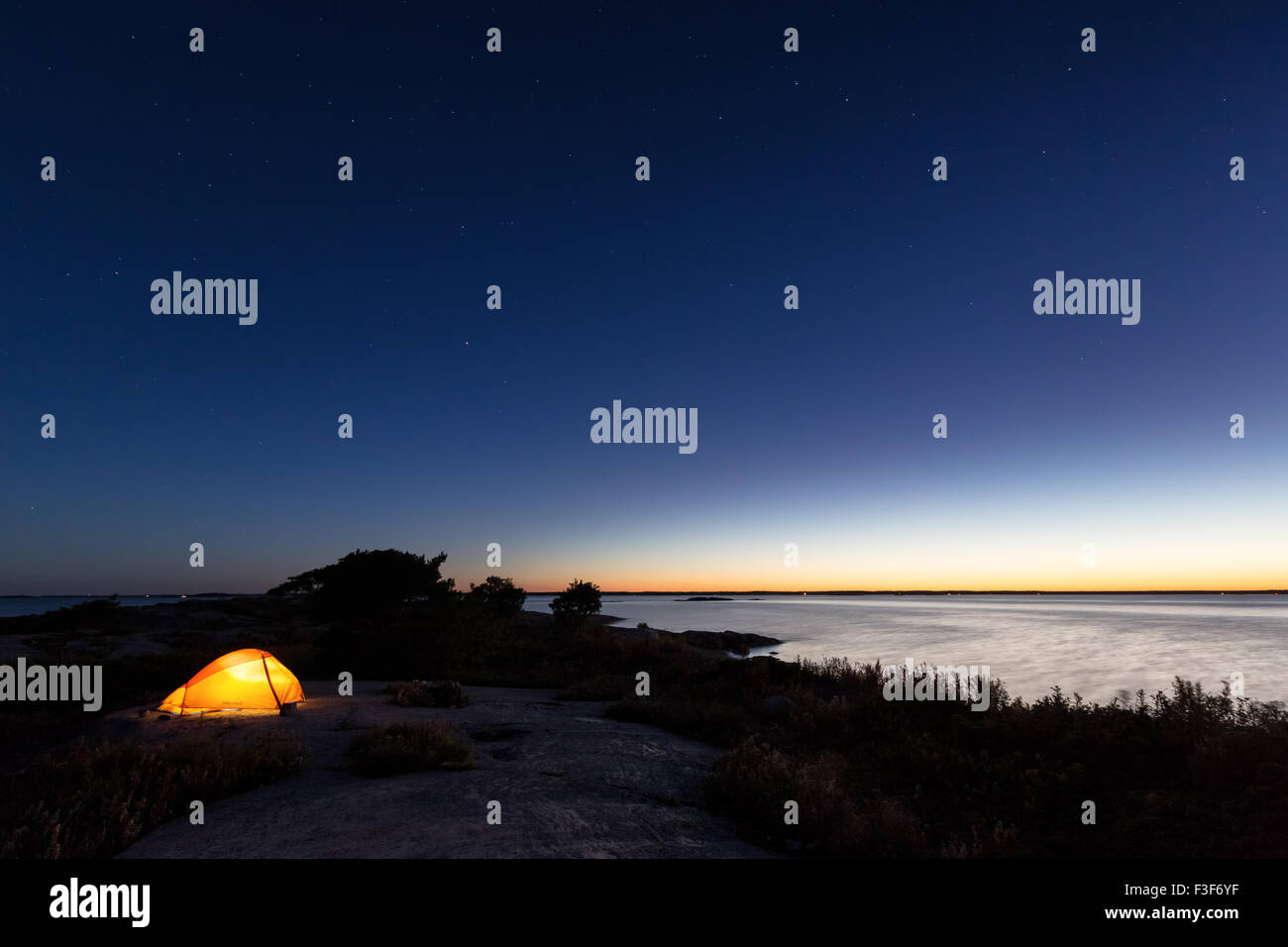 La noche llega a la isla Örskär, Espoo, Finlandia, Europa, UE Foto de stock
