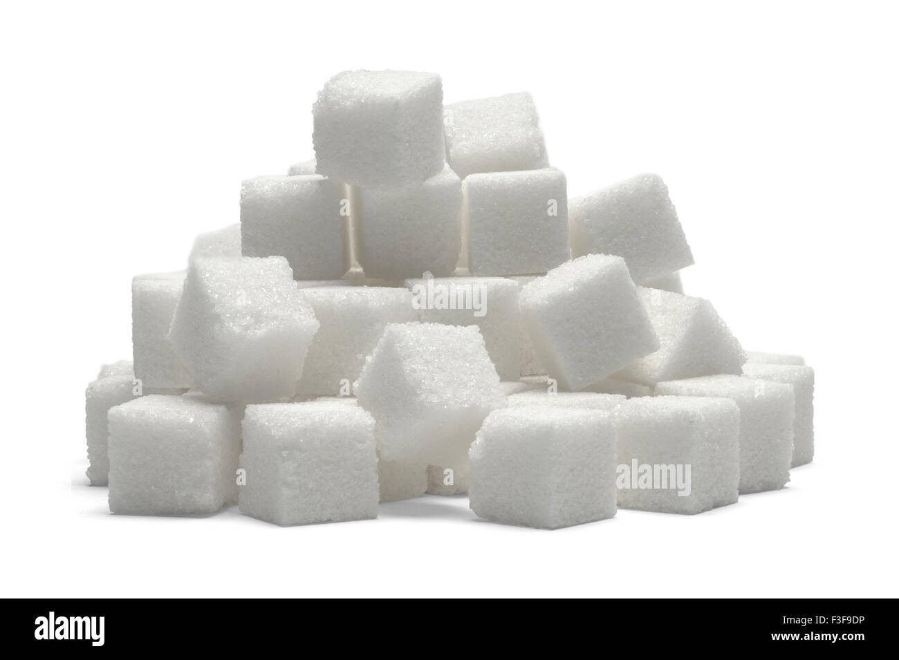 Montón de terrones de azúcar aislado sobre fondo blanco. Imagen De Stock