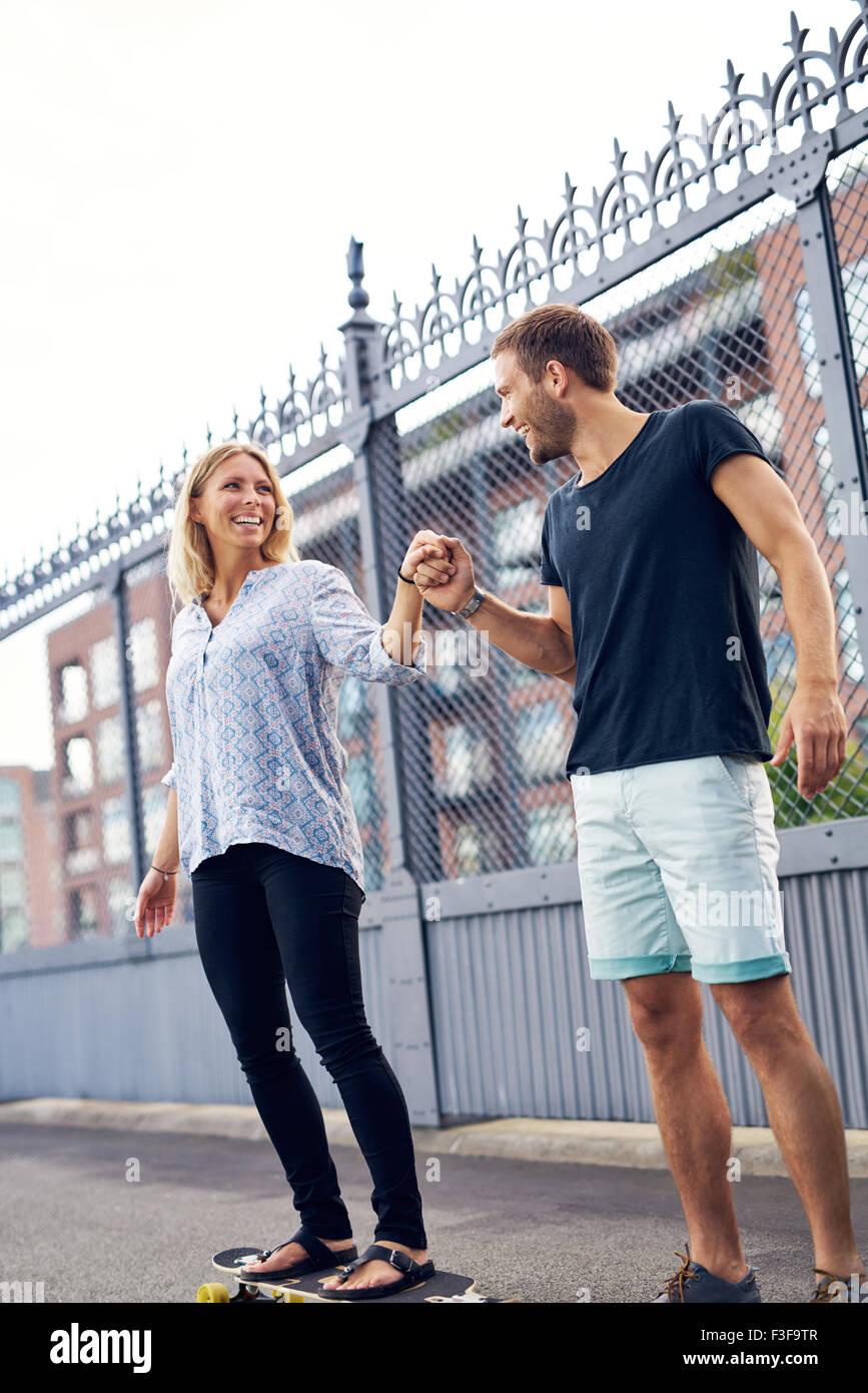 El hombre y la mujer para pasar un buen rato jugando Imagen De Stock