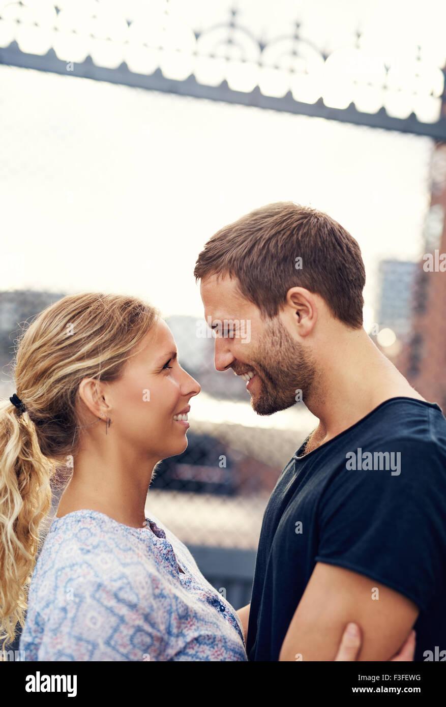 Blanco pareja amorosa en la ciudad, mirando en cada otros ojos Imagen De Stock