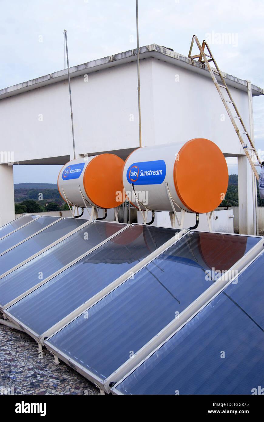 Los calentadores de agua solares en hotel en Karnataka, India Kumta ; ; Imagen De Stock