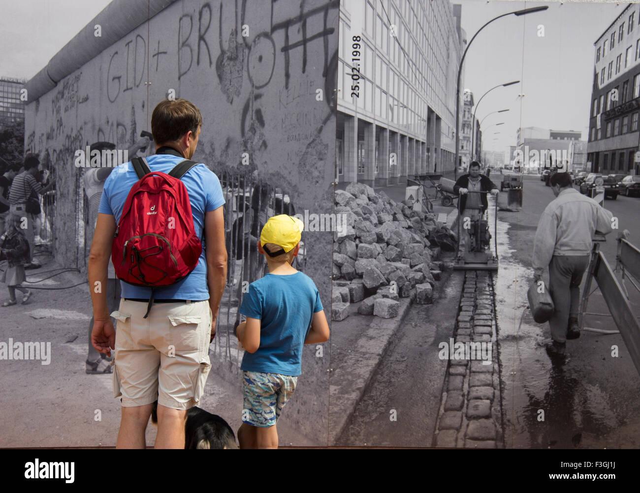 Mirando al pasado en el Checkpoint Charlie, en Berlín. Imagen De Stock