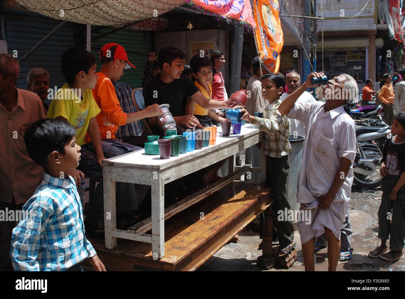 Los visitantes calmar la sed con agua fría en procesión Ramnavmi Jodhpur ; ; ; Rajasthan India Imagen De Stock