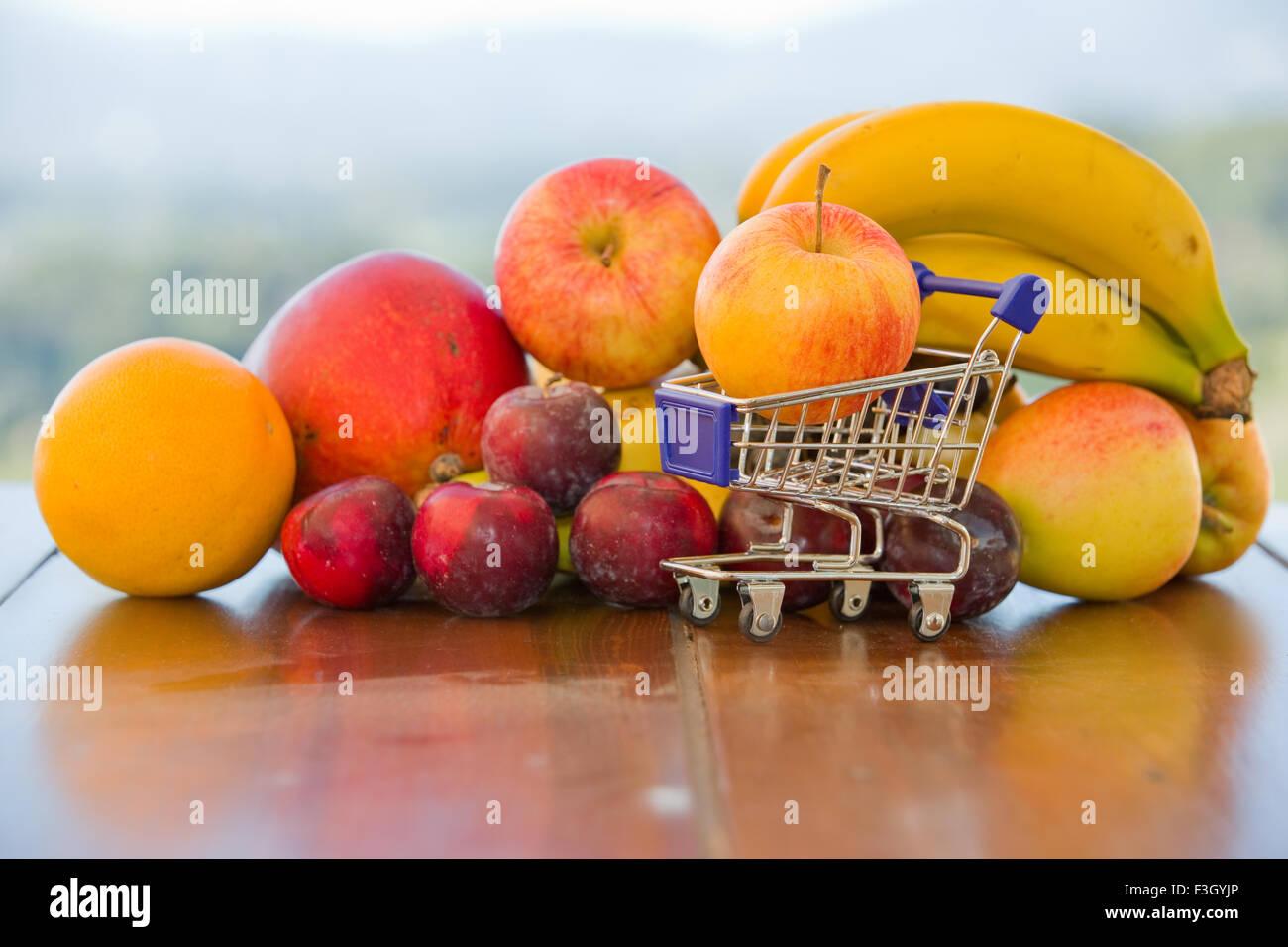La variedad de frutas y un peque o carro de compras en la - Carro de frutas ...