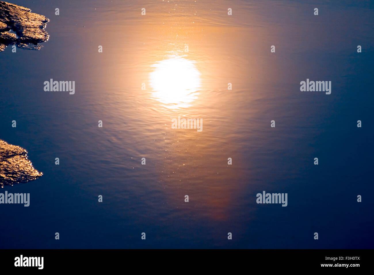 Reflejo del sol en el agua del mar la fotografía artística ; Aksa Malad beach ; ; ; ; Maharashtra Bombay Bombay India Foto de stock