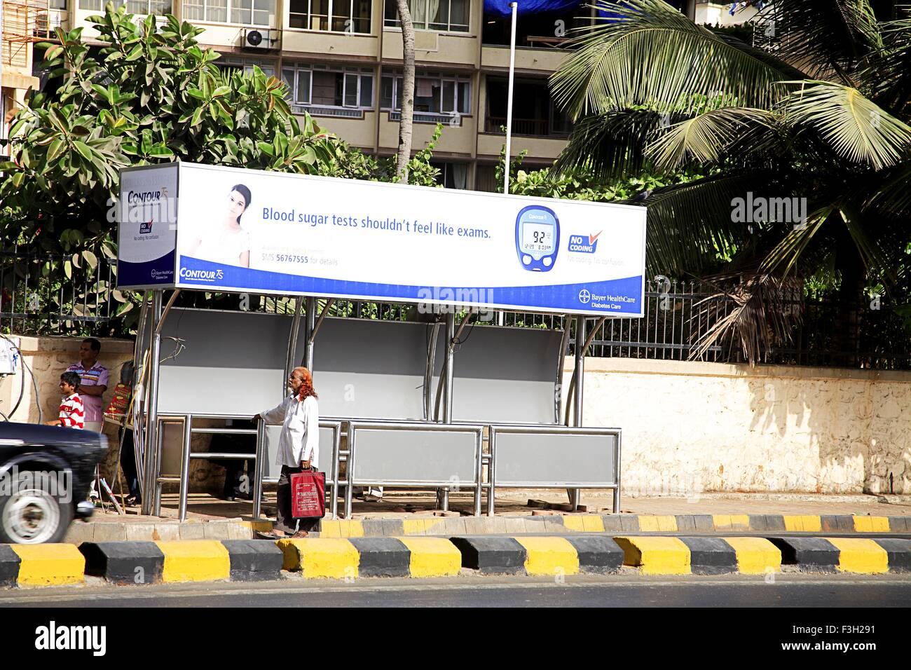 Publicidad hording contour ts sistema de monitoreo de glucosa en la sangre, parada de autobús Bhulabhai Desai Imagen De Stock