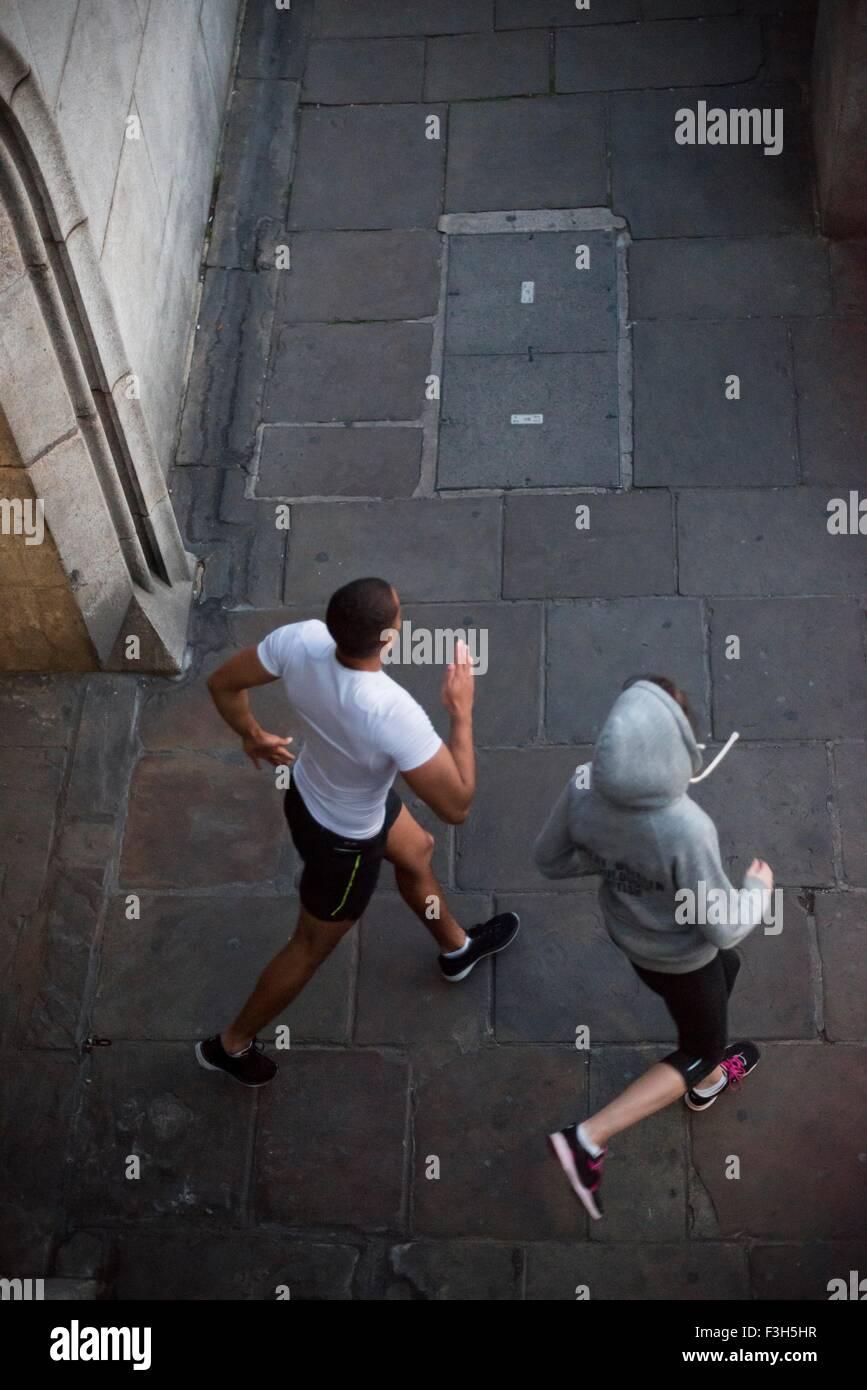 Vista aérea del macho y de la hembra y corredores corriendo en ciudad Imagen De Stock