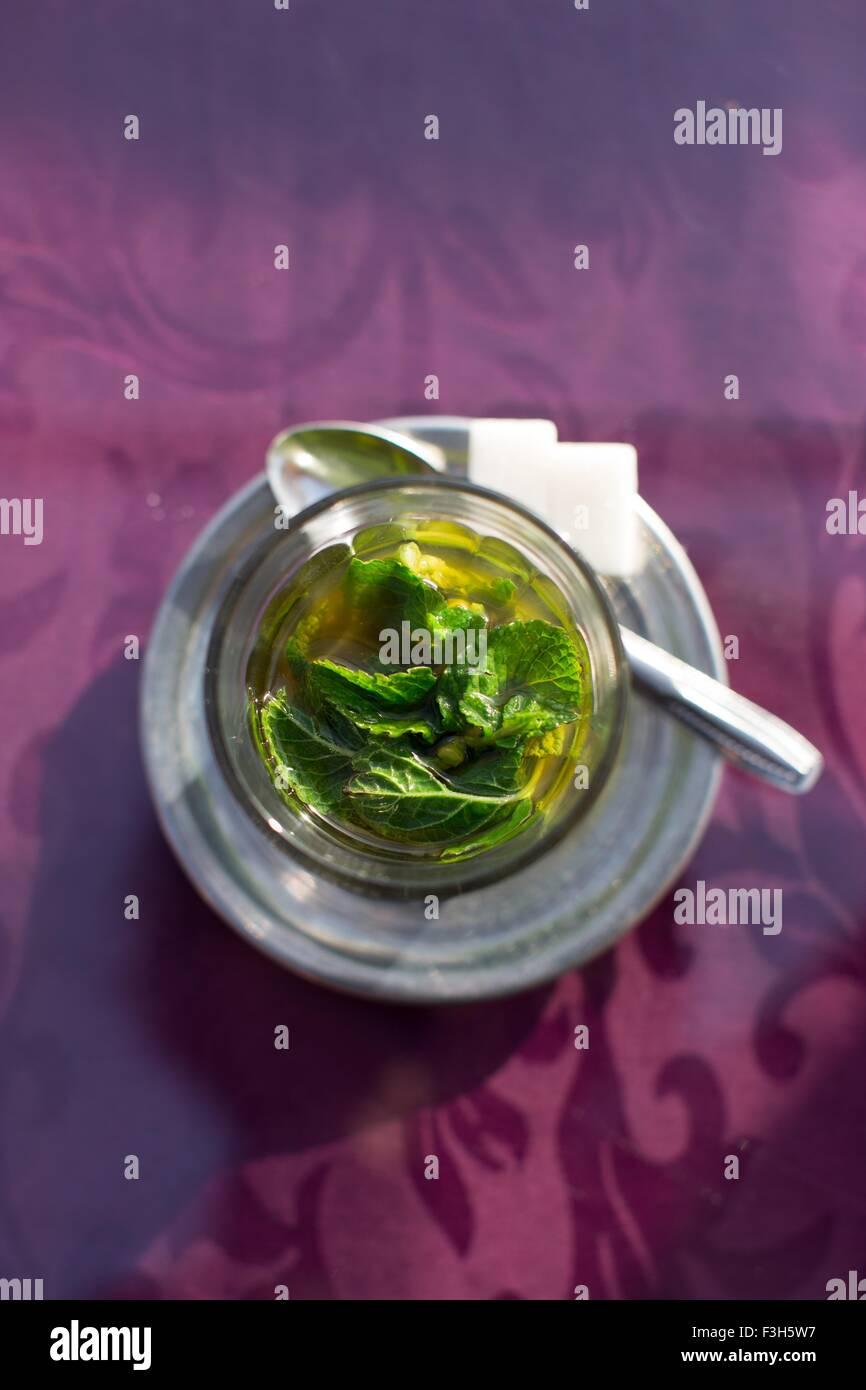 Tradicional té de menta fresca servida en Marrakech, Marruecos. Imagen De Stock