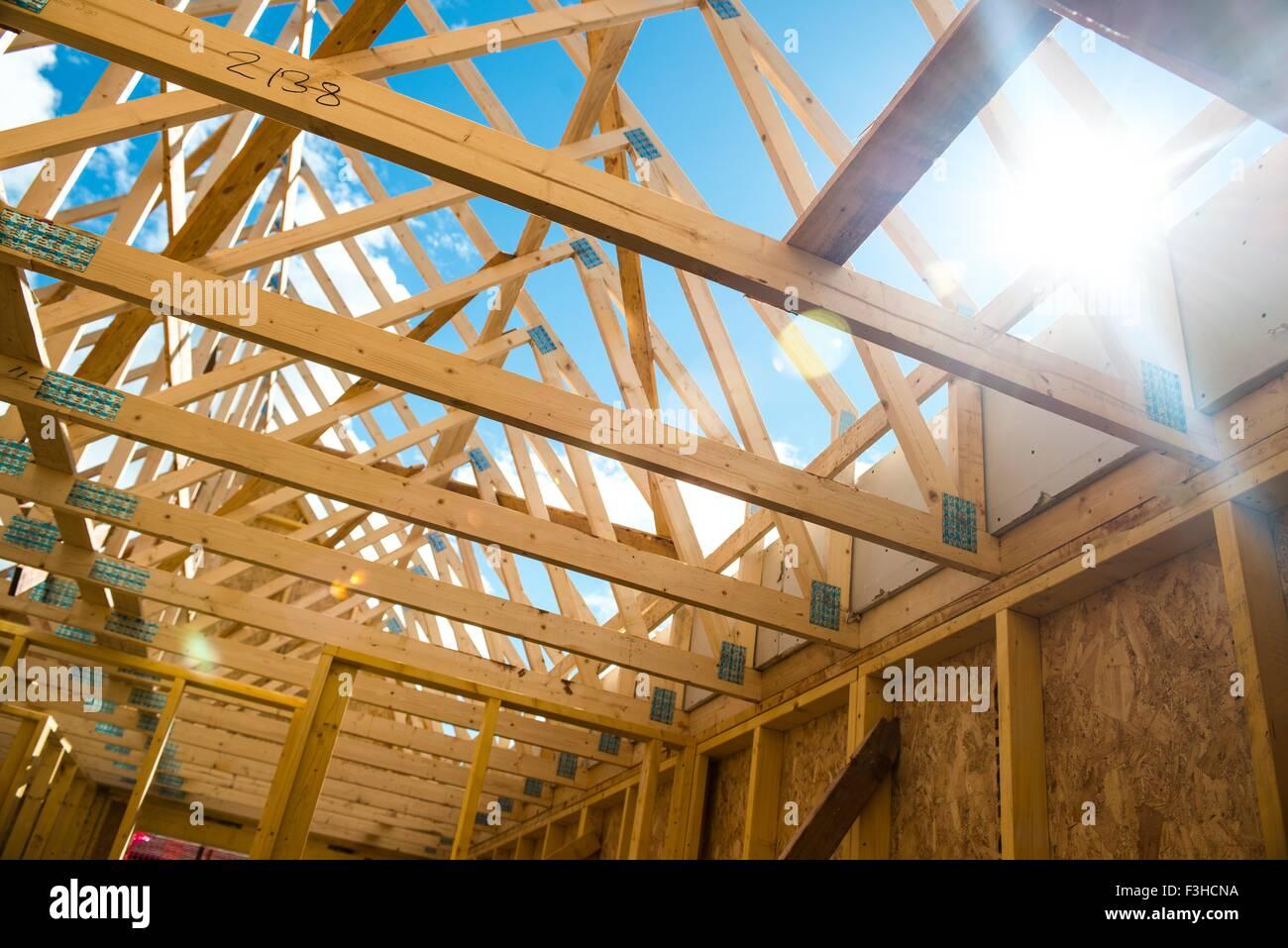 Techo de madera enmarcar la cercha Foto & Imagen De Stock: 88278998 ...