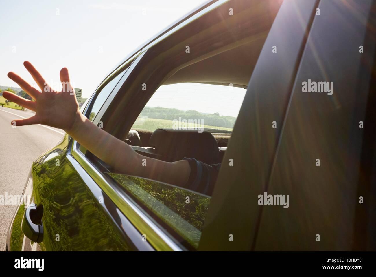 Los muchachos fuera de mano moviendo car window Imagen De Stock