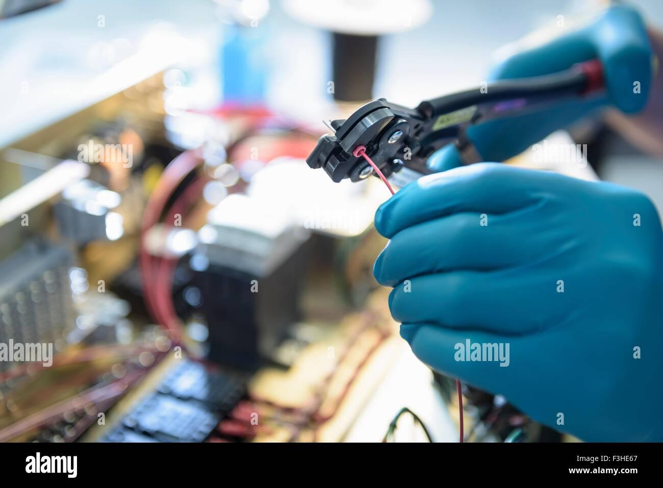 Montaje trabajador electrónica en electrónica fábrica, se centran en las manos Imagen De Stock