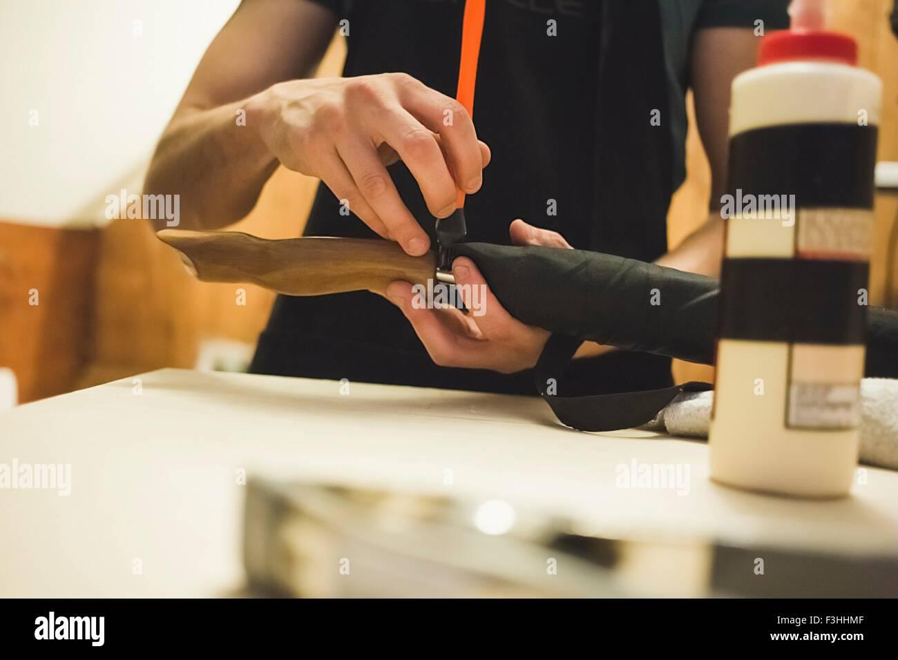Vista recortada de joven con la herramienta para crear objetos de madera Imagen De Stock