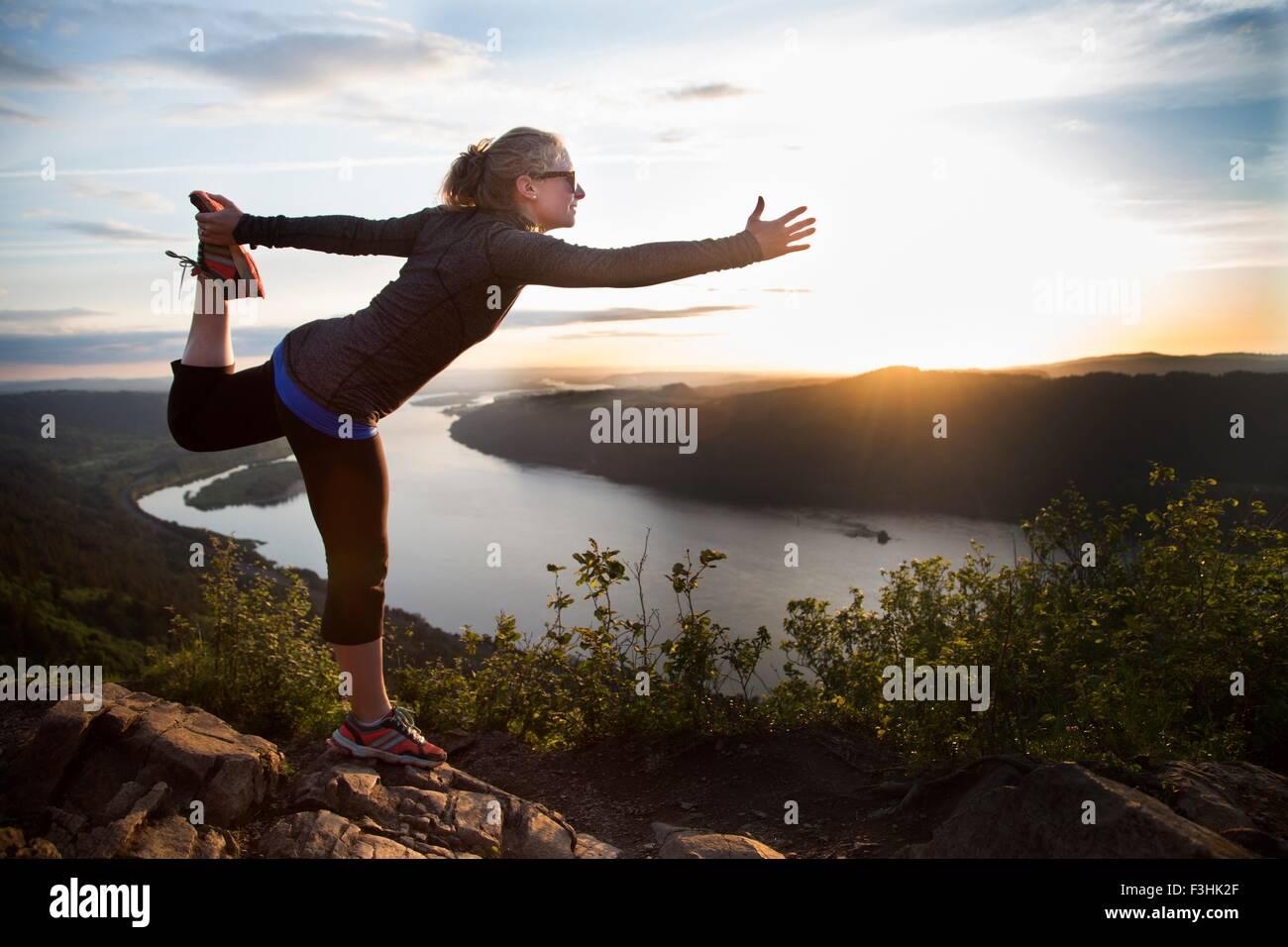 Mujer practicando yoga en la colina, Angel's Rest, Columbia River Gorge, Oregón, EE.UU. Imagen De Stock