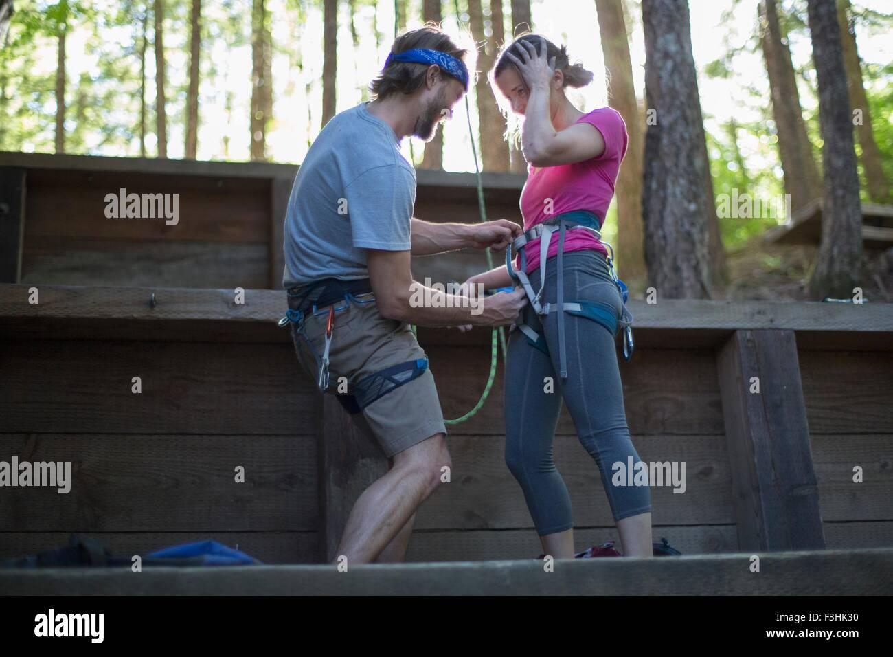 Par preparar para la escalada en roca, la cúpula de francés, Zig Zag, Oregón, EE.UU. Imagen De Stock