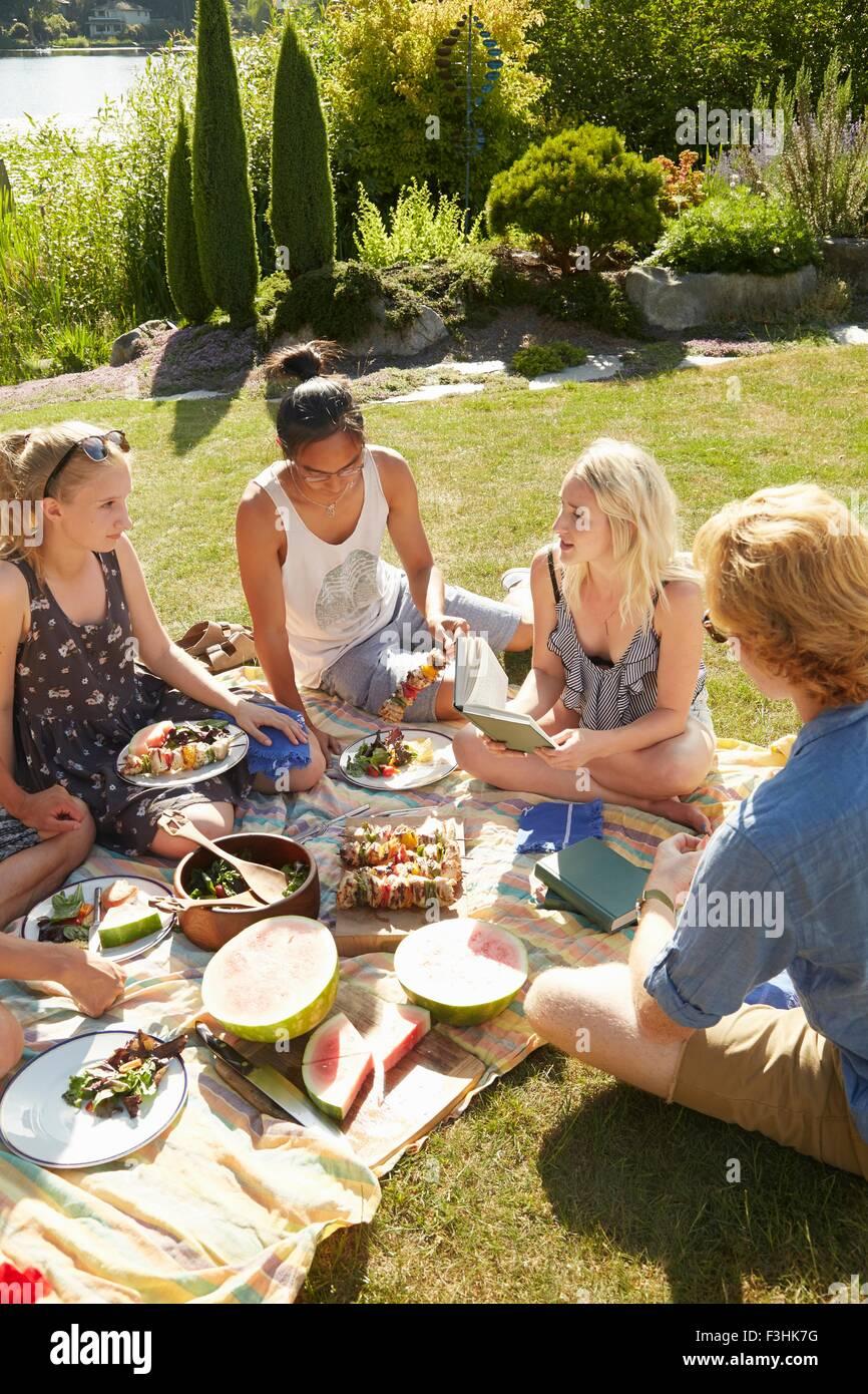 Amigos a parte de picnic, un lago en el fondo, Seattle, Washington, EE.UU. Imagen De Stock